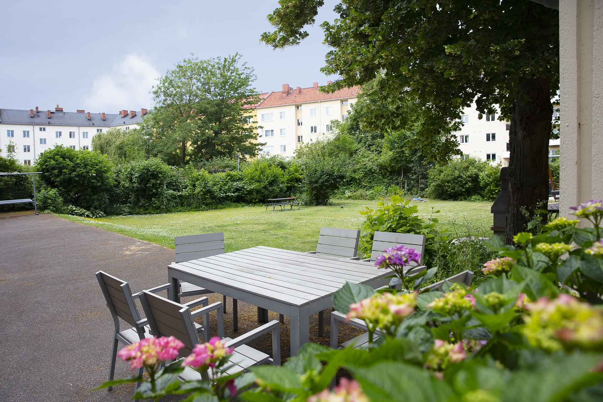 Brf. Rydbergshill erbjuder en grönskande innergård med flera sittplatser
