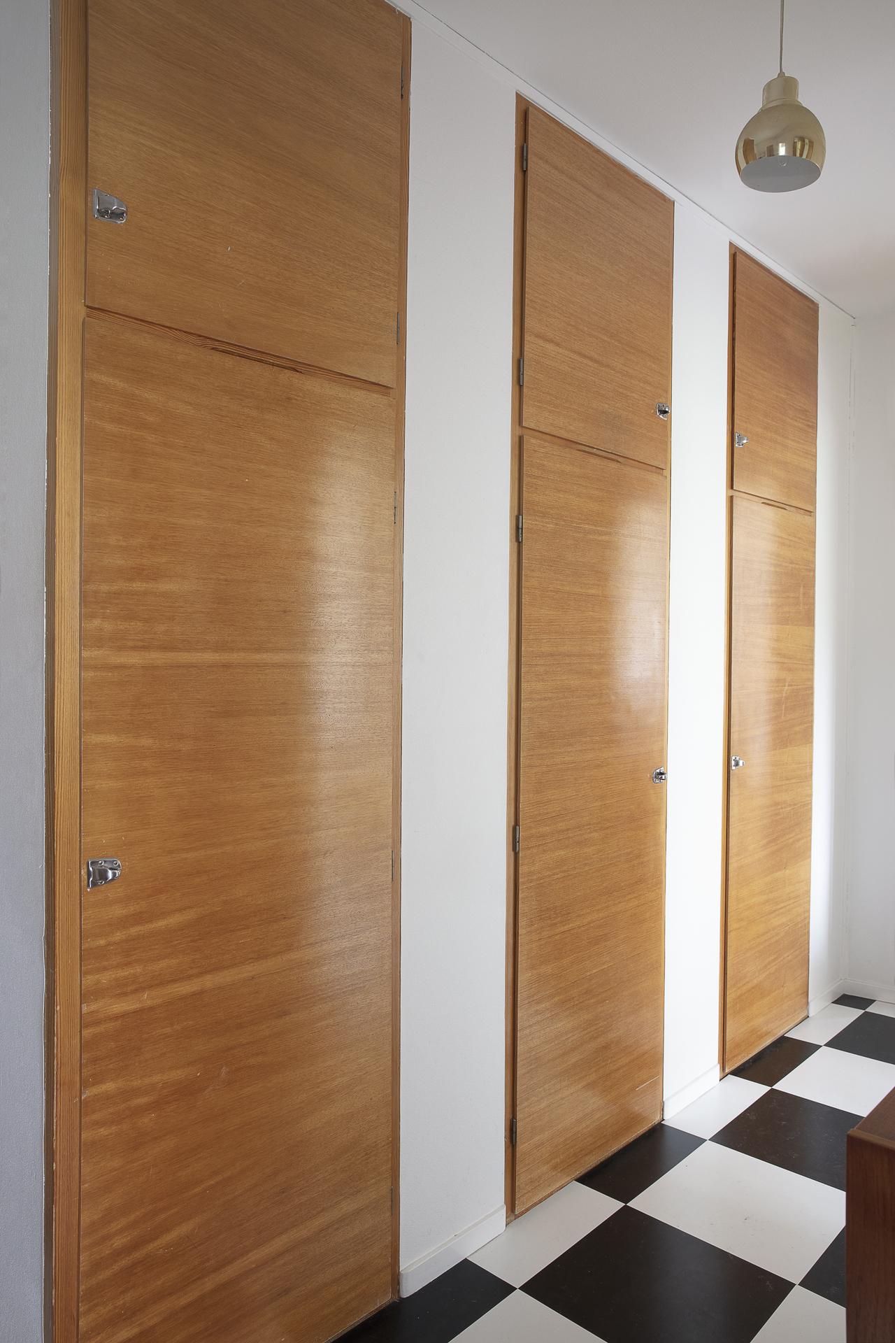 Hallen erbjuder gott om plats för förvaring i de bevarade inbyggnadsgarderoberna