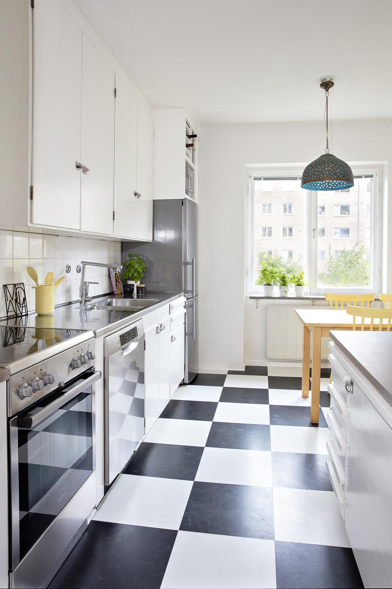 Köket i originalutförande erbjuder gott om plats för förvaring