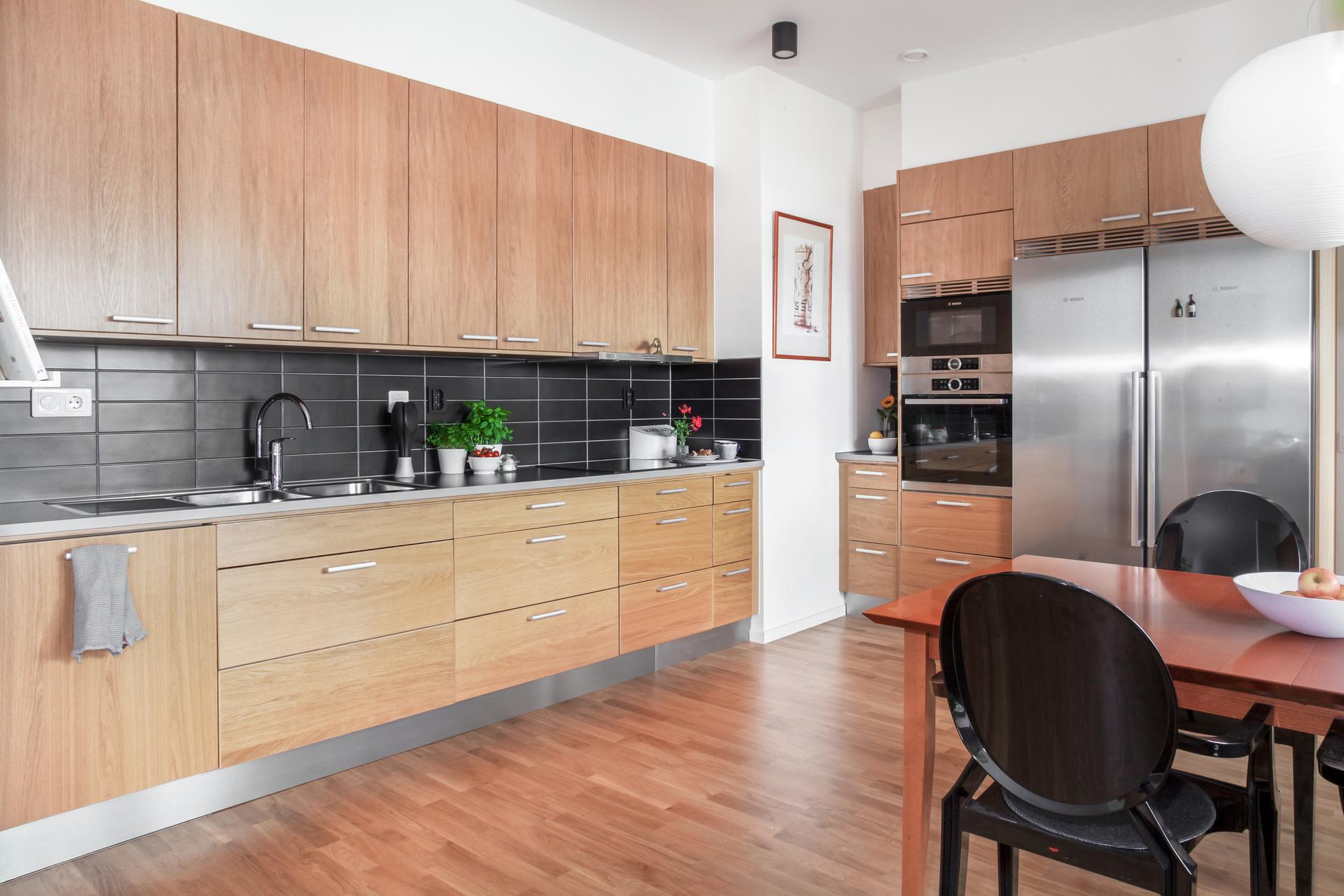Kök med komplett köksinredning och integrerade maskiner