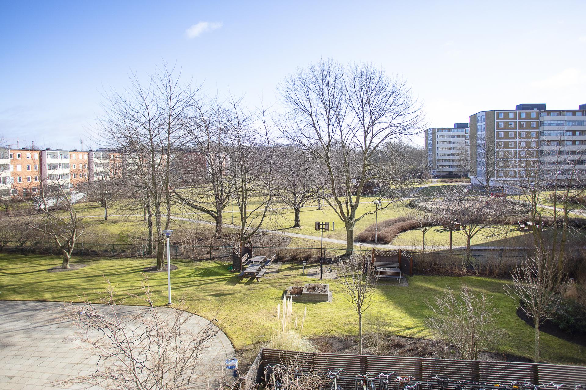 Från lägenheten har man öppen och fri utsikt över föreningens välskötta innergård
