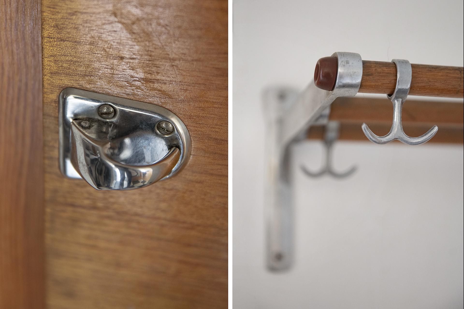 Detaljbild - originalbeslag på garderobsdörrarna och bevarad hatthylla