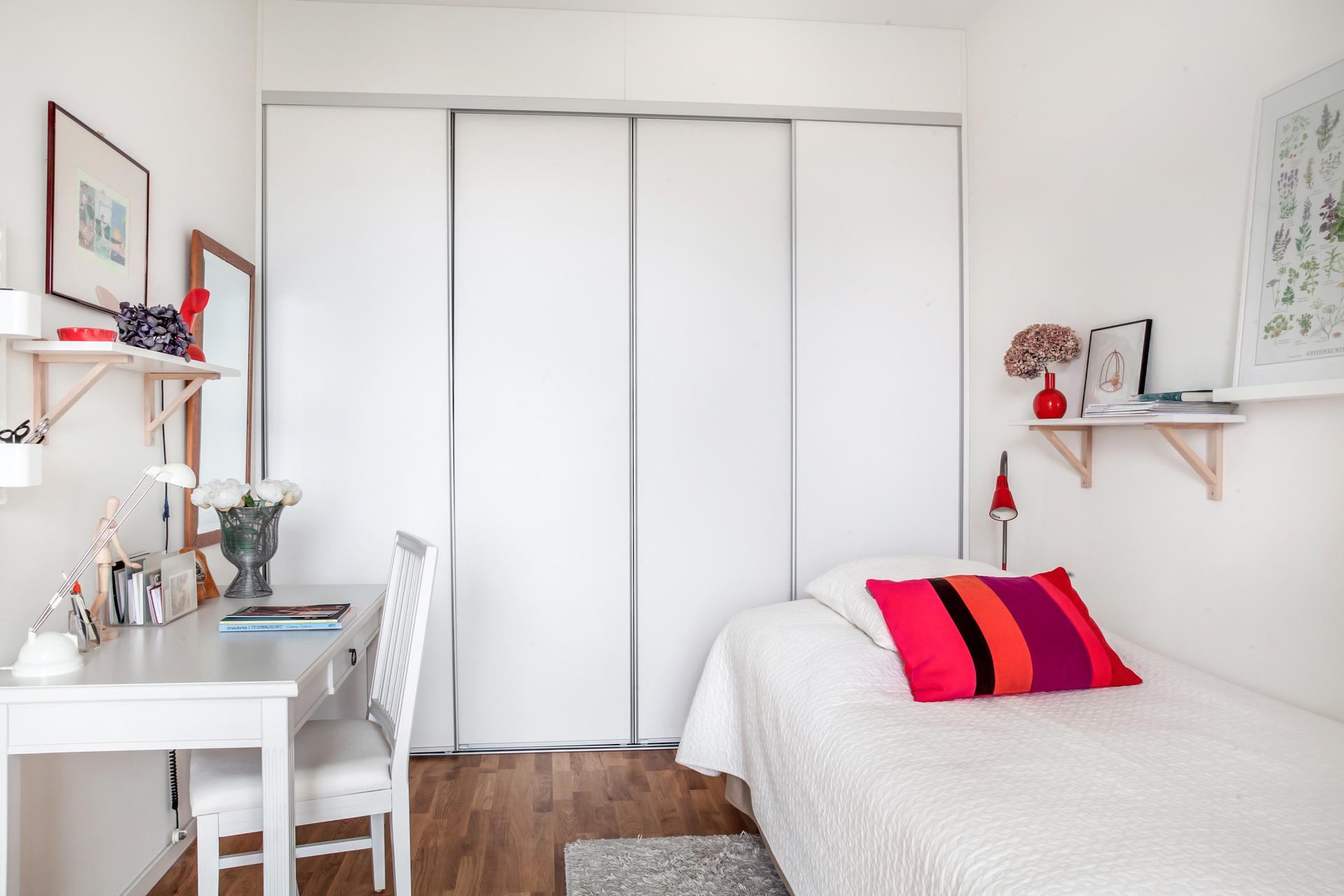 Sovrum 3, har också plats för förvaring i skjutdörrsgarderoben längs med ena väggen