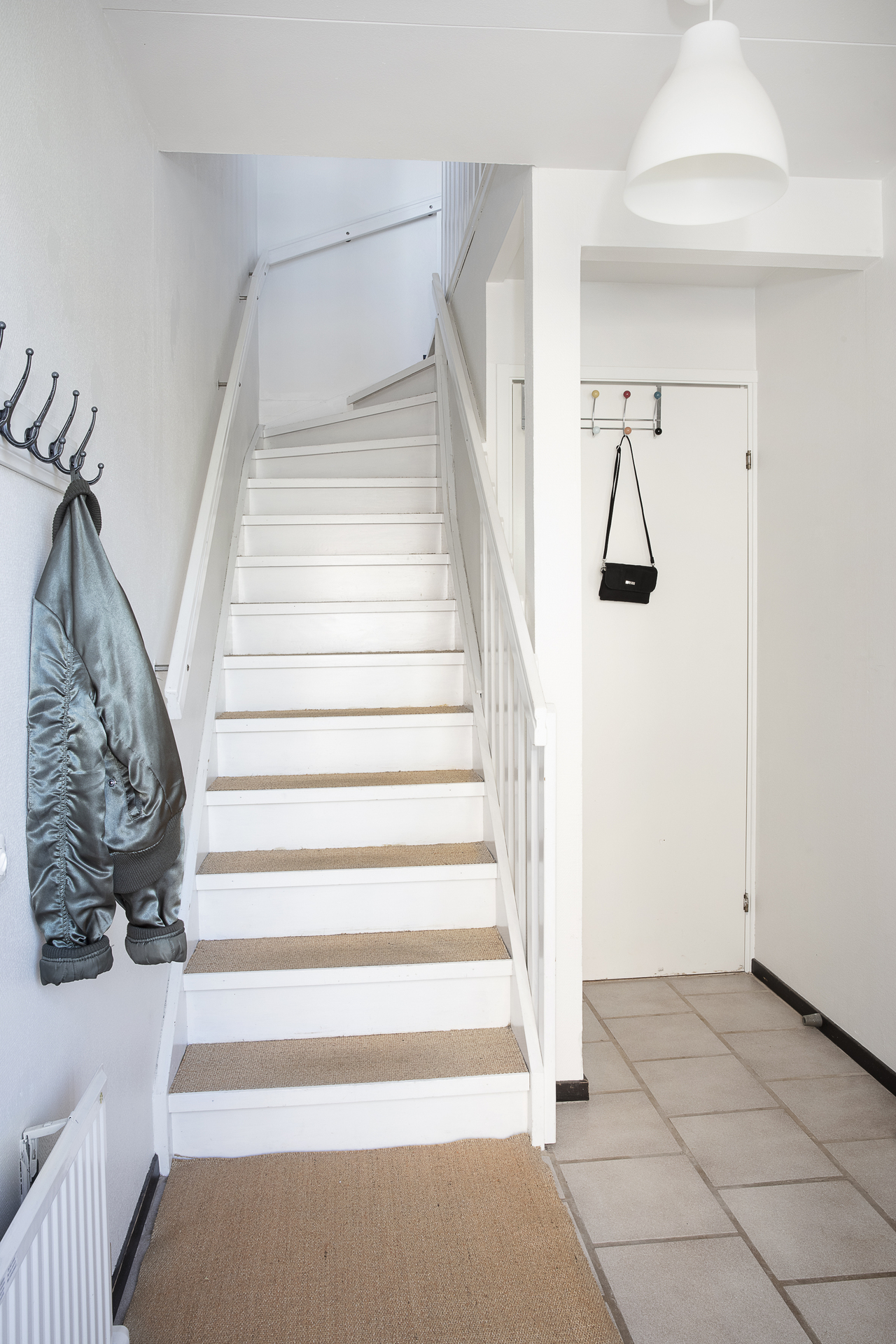 Här finns även en klädkammare och trappan som leder oss upp till matrummet