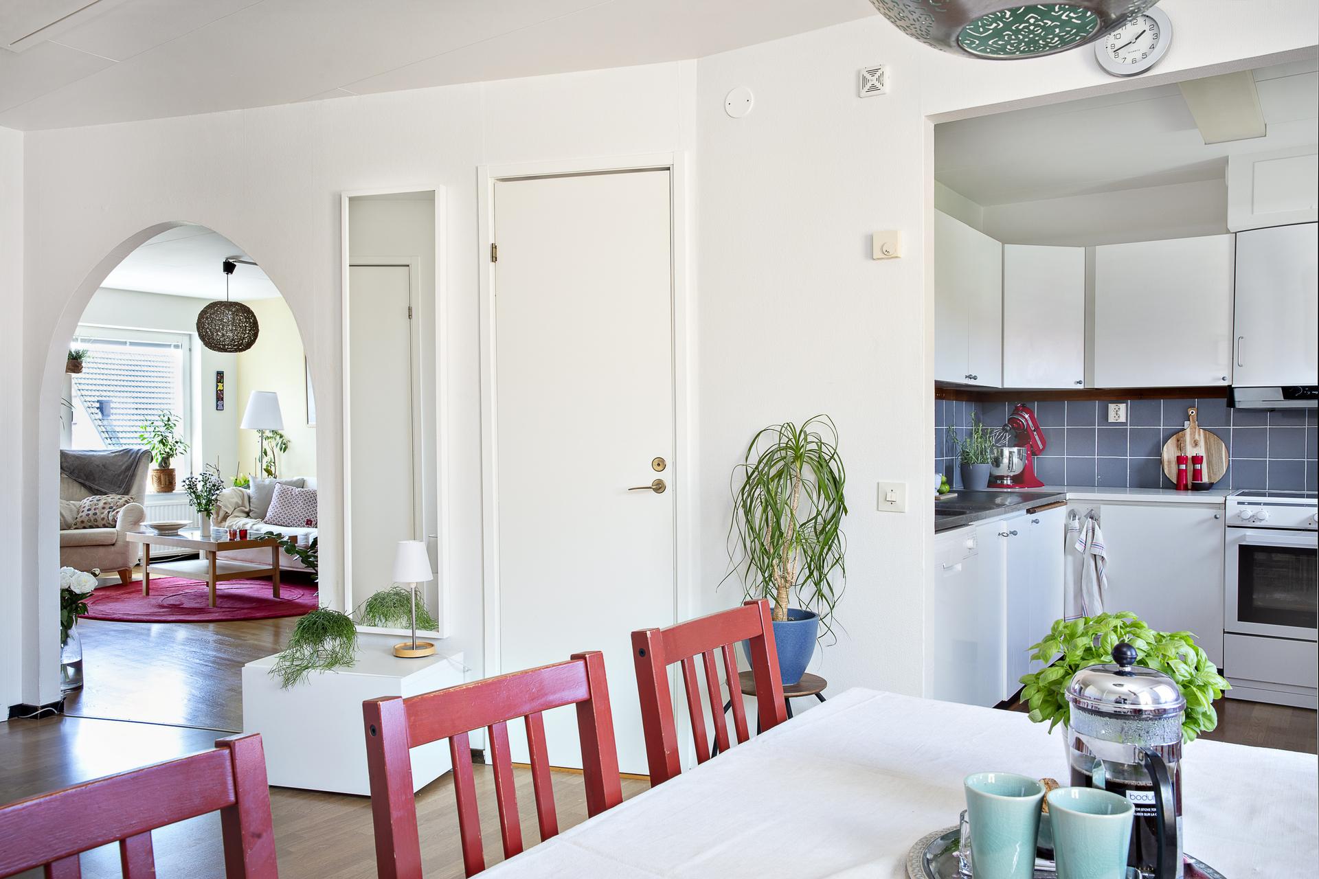 Matrummet är centralt placerad härifrån har vi vy mot både vardagsrum och köket