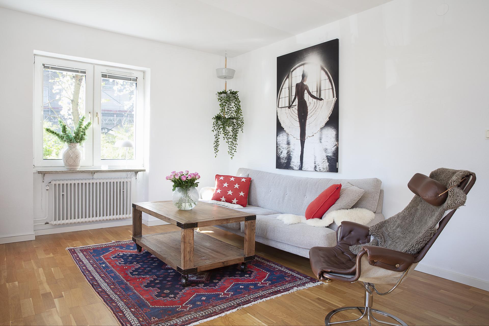 Vardagsrummet är rymligt och erbjuder plats för soffgrupp och ytterligare möblemang
