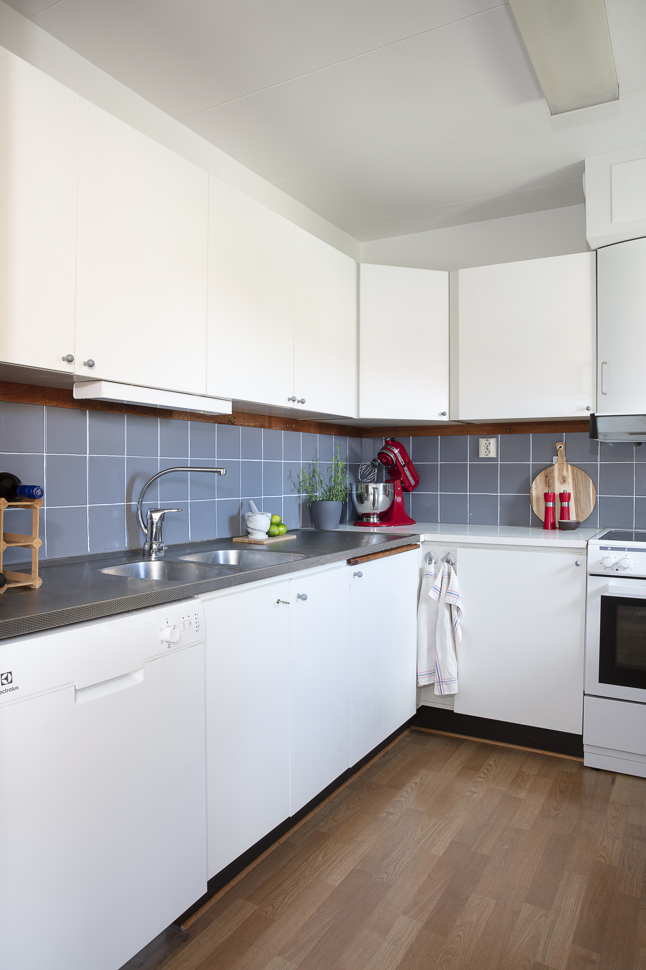 Köket erbjuder gott om plats för förvaring