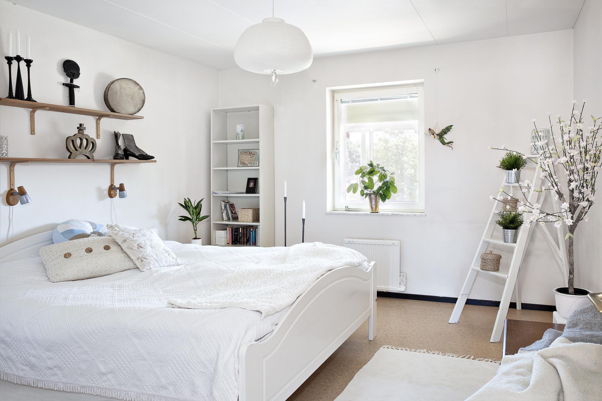 Sovrum 1 erbjuder plats för både dubbelsäng och t.ex. förvaringsmöbler