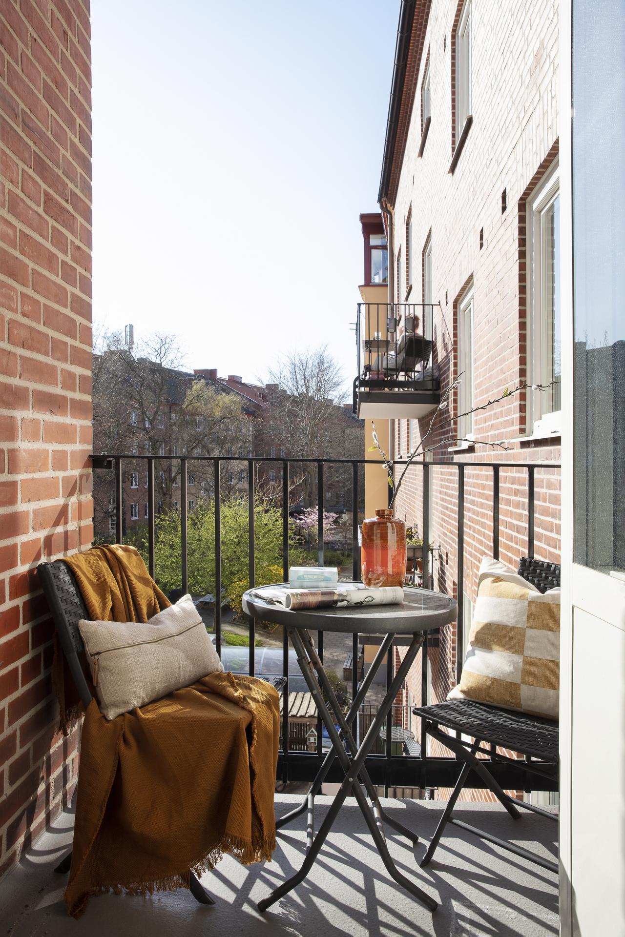 Den gemensamma balkongen ligger 3 trappsteg ner från lägenheten, här kan man njuta av eftermiddagssolen