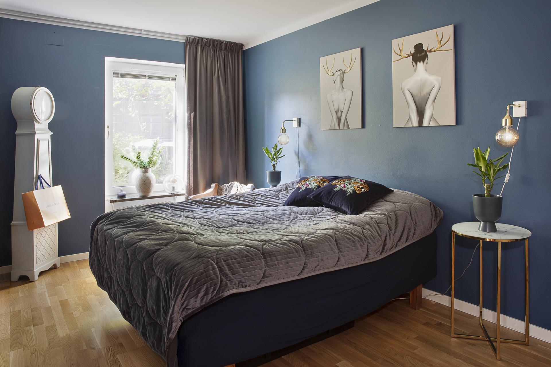 Sovrum 2 erbjuder plats för dubbelsäng samt annat möblemang