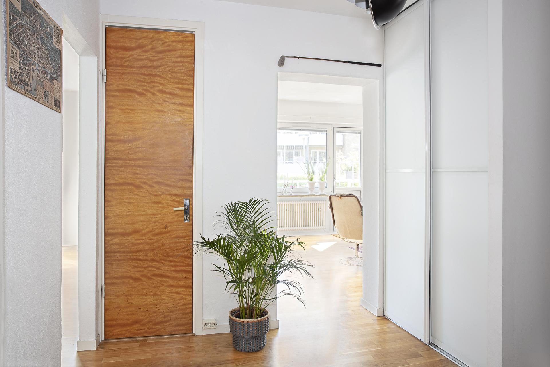 Hallen erbjuder inbyggnadsgarderober för förvaring