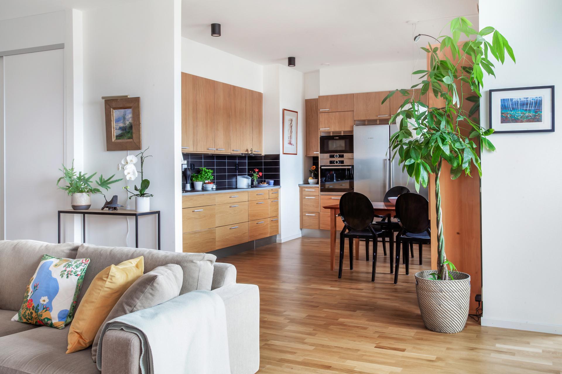 Kök och vardagsrum ligger i öppen planlösning