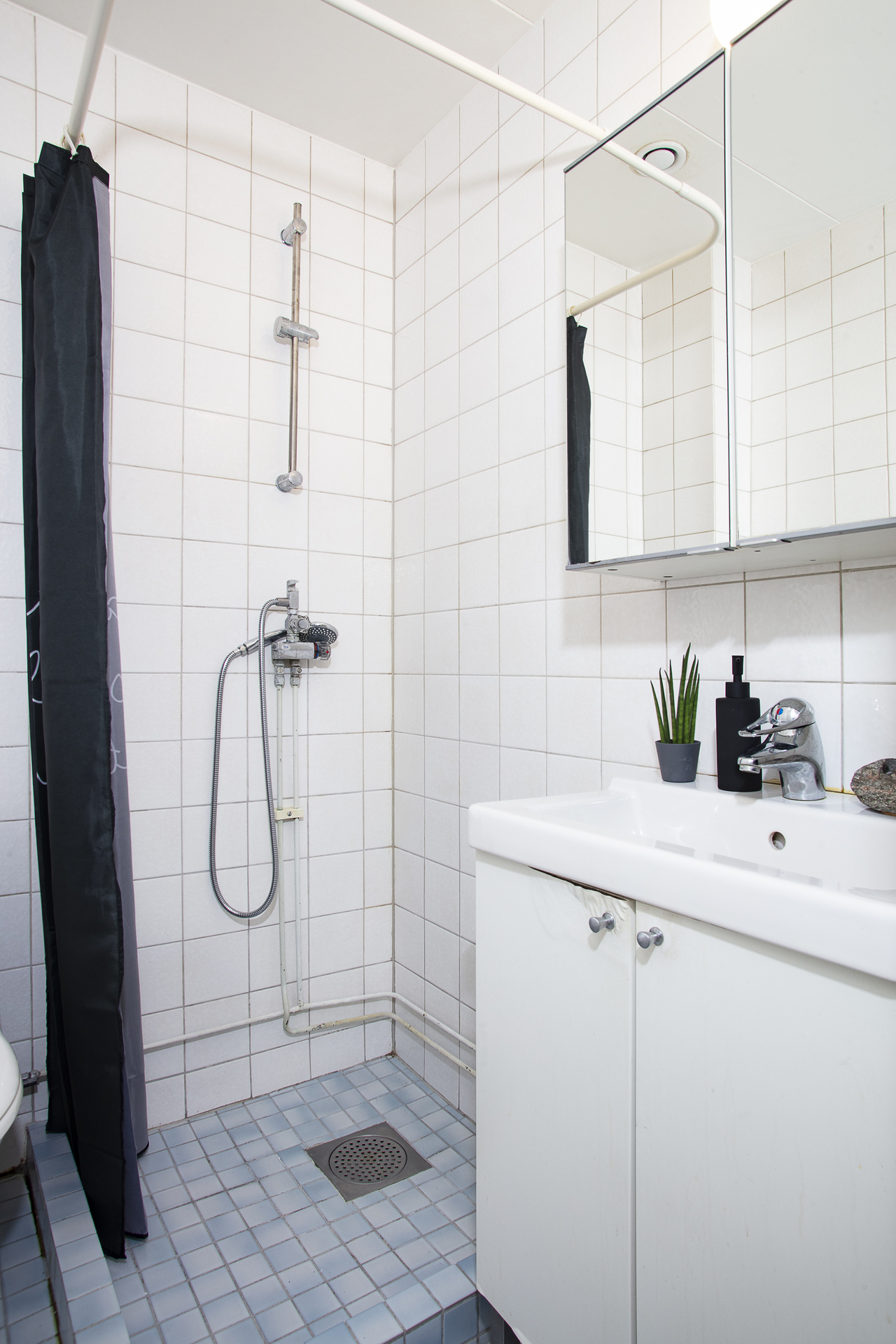 Badrum 2 erbjuder vask med kommod samt spegelskåp till förvaring