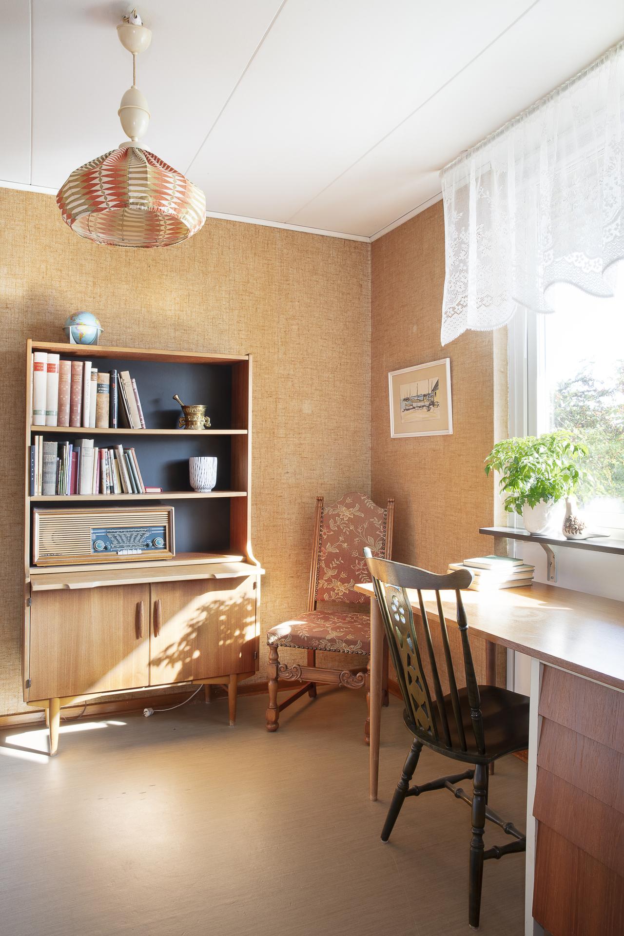 Sovrum 4 används idag som ett kontor, här finns plats för säng samt ytterligare möblemang