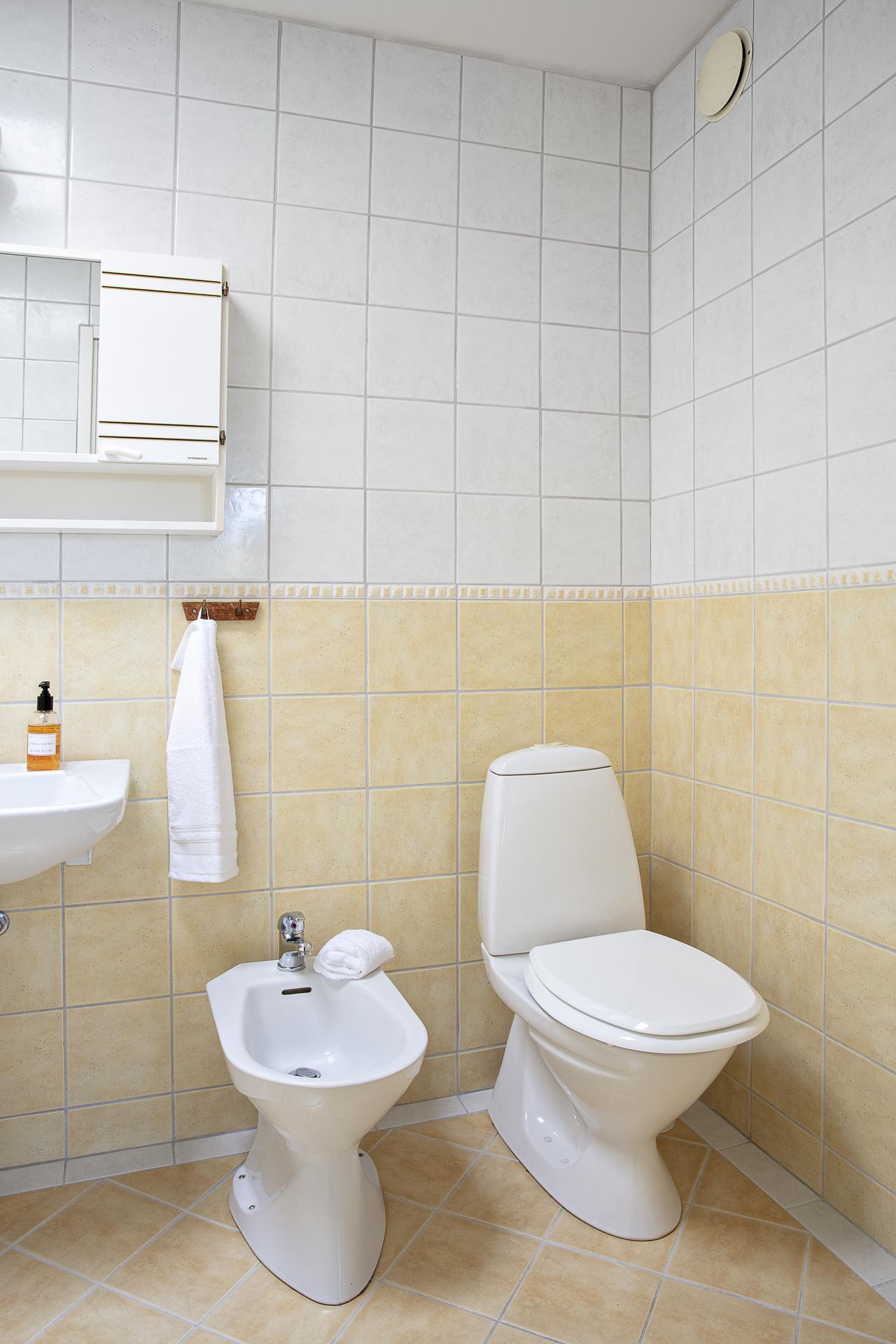 Det helkaklade badrummet totalrenoverades år 2003
