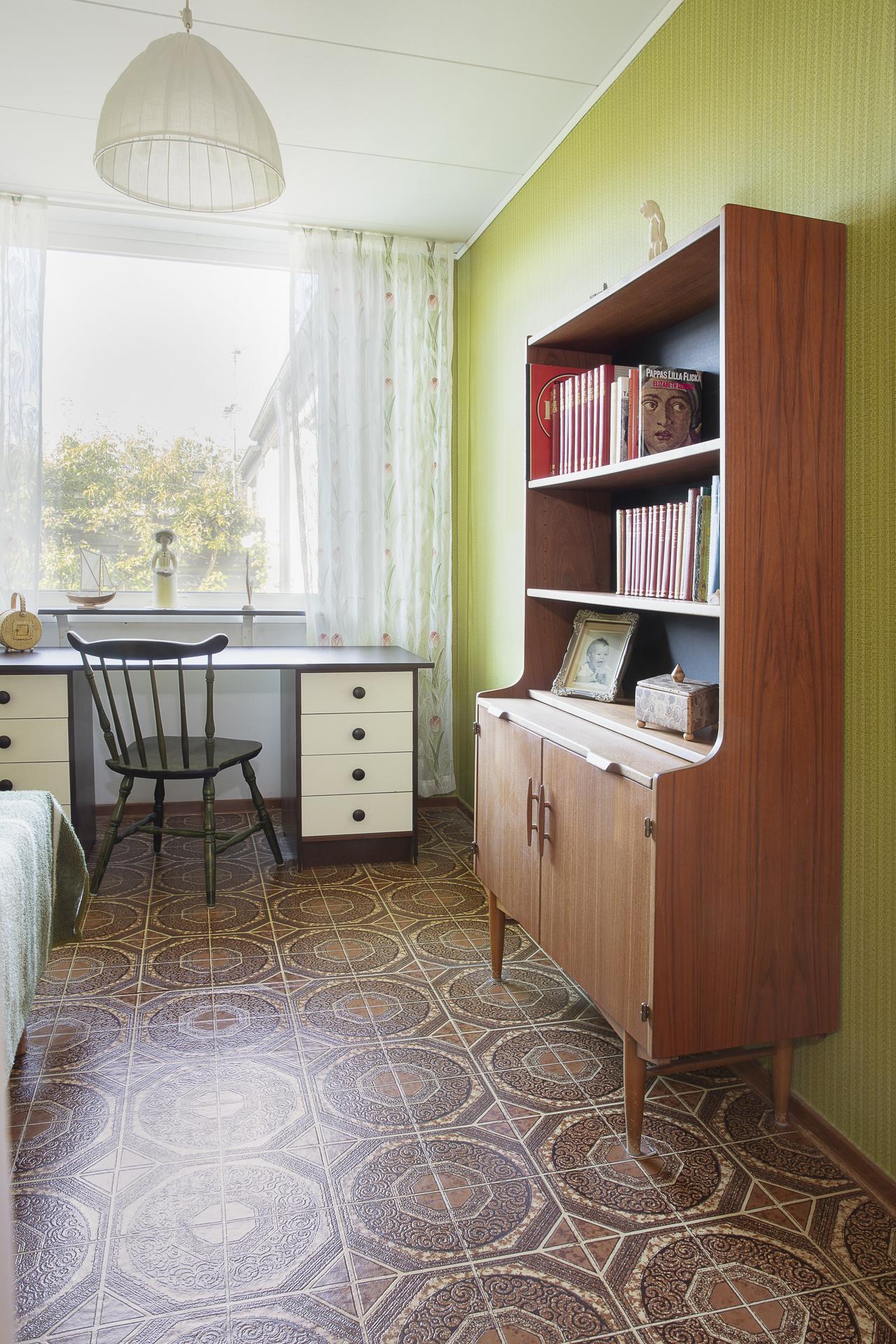 Sovrum 2 används idag som ett gästrum, här finns plats för en säng samt ytterligare möblemang