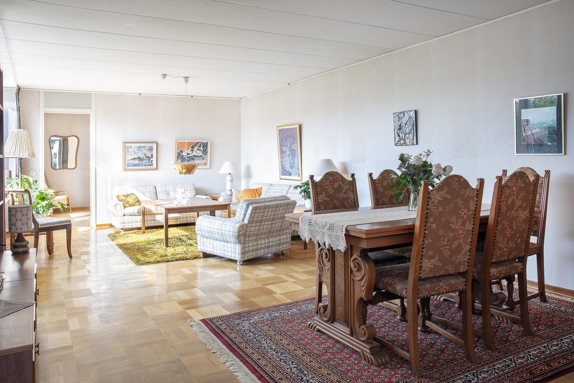 Generöst vardagsrum med lamellparkett på golvet
