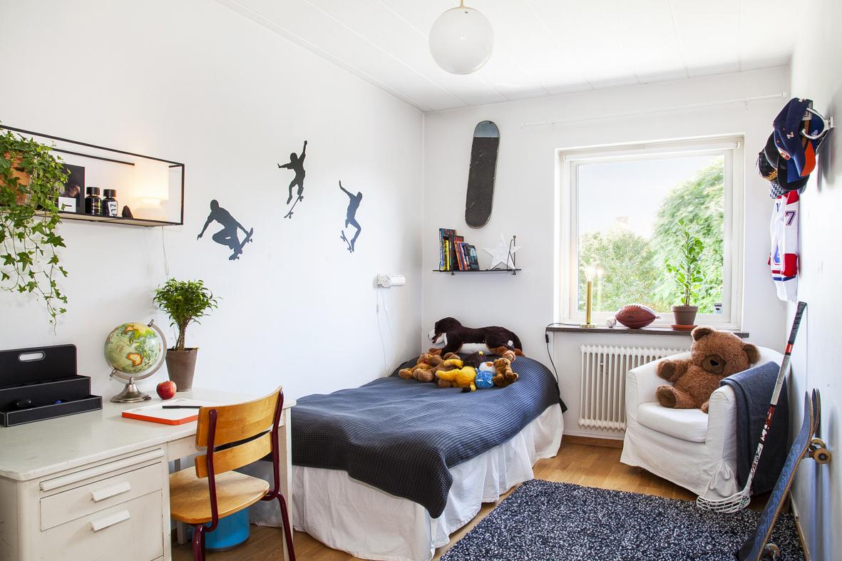 Sovrum 1 som idag används som barnrum, har fönster i öster och parkett på golvet