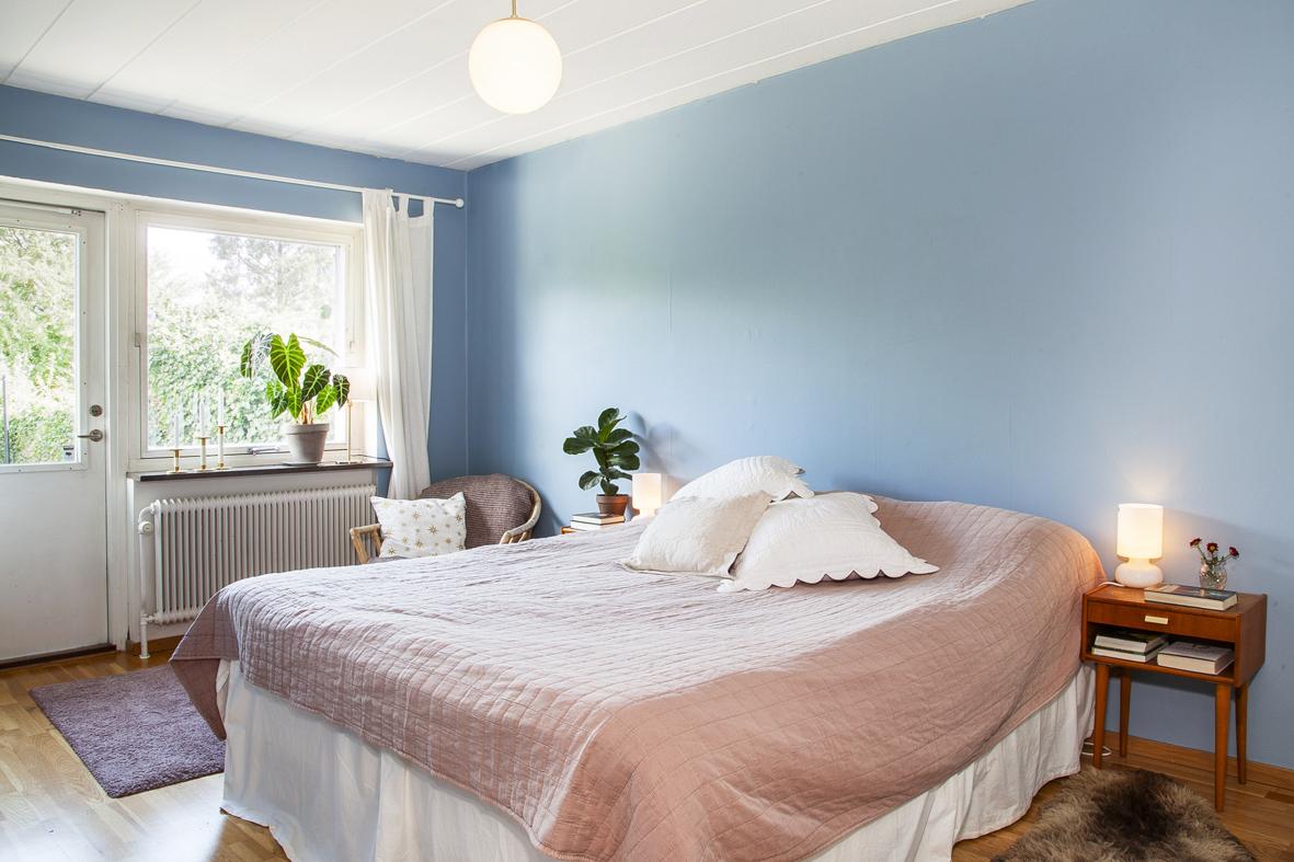 Sovrum 3 används idag som huvudsovrum med parkett på golvet
