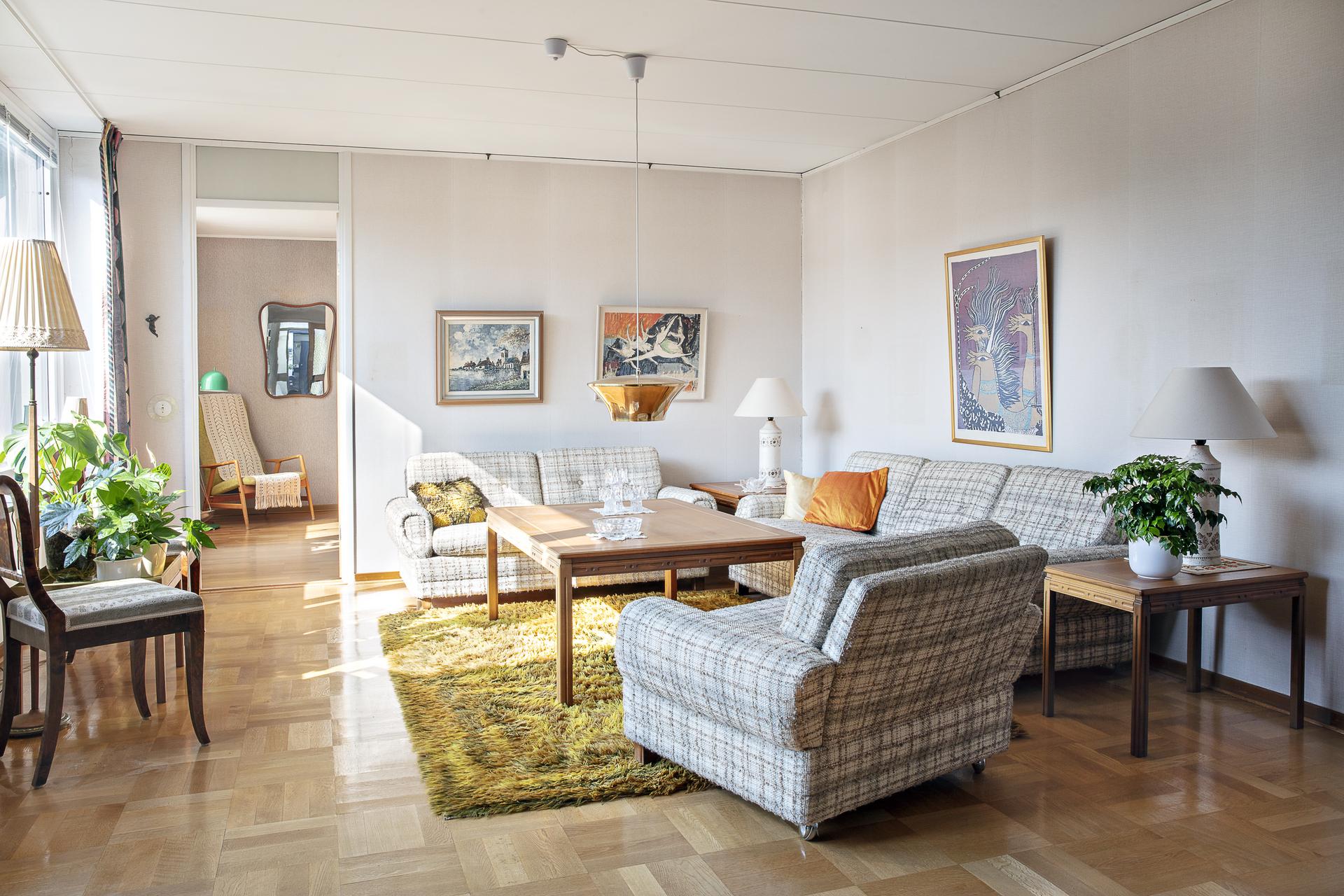 Här finns ljusa väggar med lamellparkett på golvet
