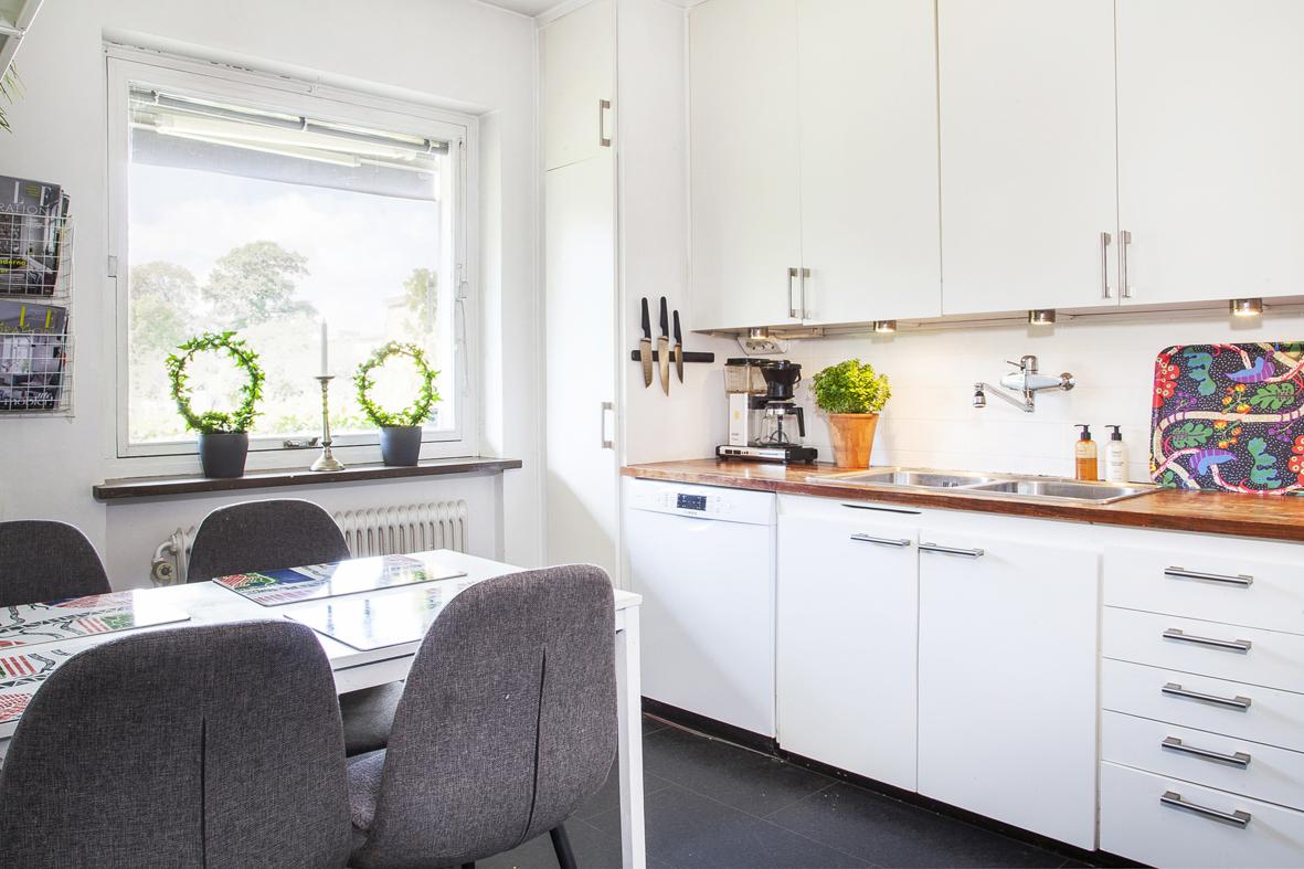 Kök med utrymme för matplats och gott om plats för förvaring