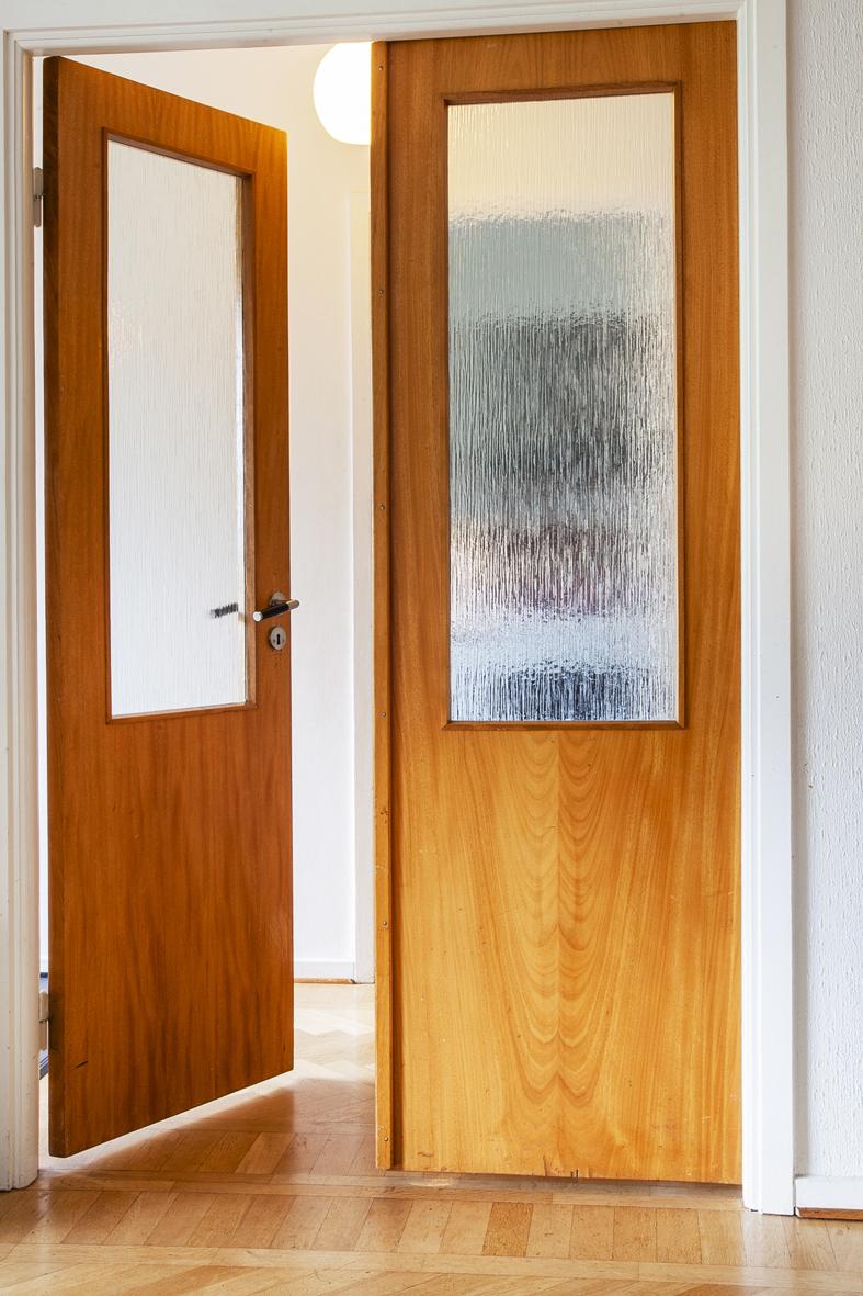 Vackra glasdörrar som leder in till vardagsrummet