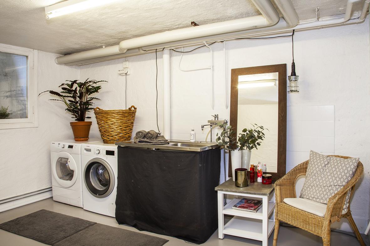 Tvättstuga med tvättmaskin och tvättho