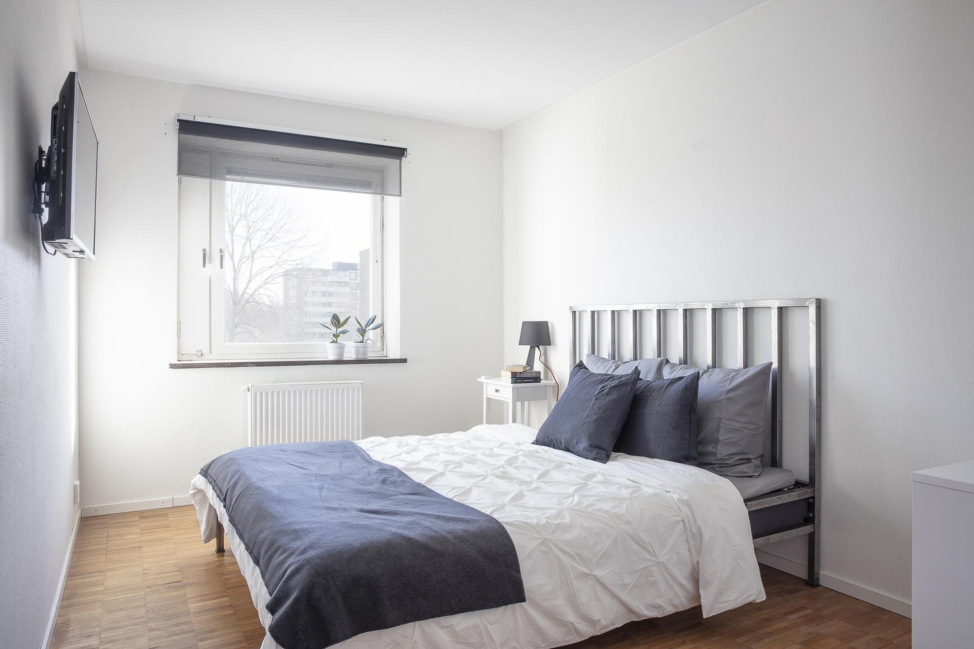 Sovrummet har rum för både dubbelsäng och förvaringsmöbler