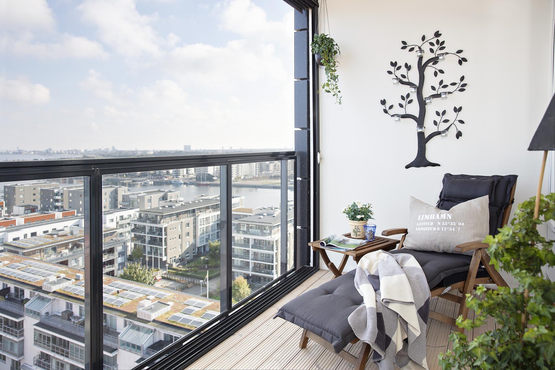 Balkongen erbjuder en fantastisk utsikt i två väderstreck