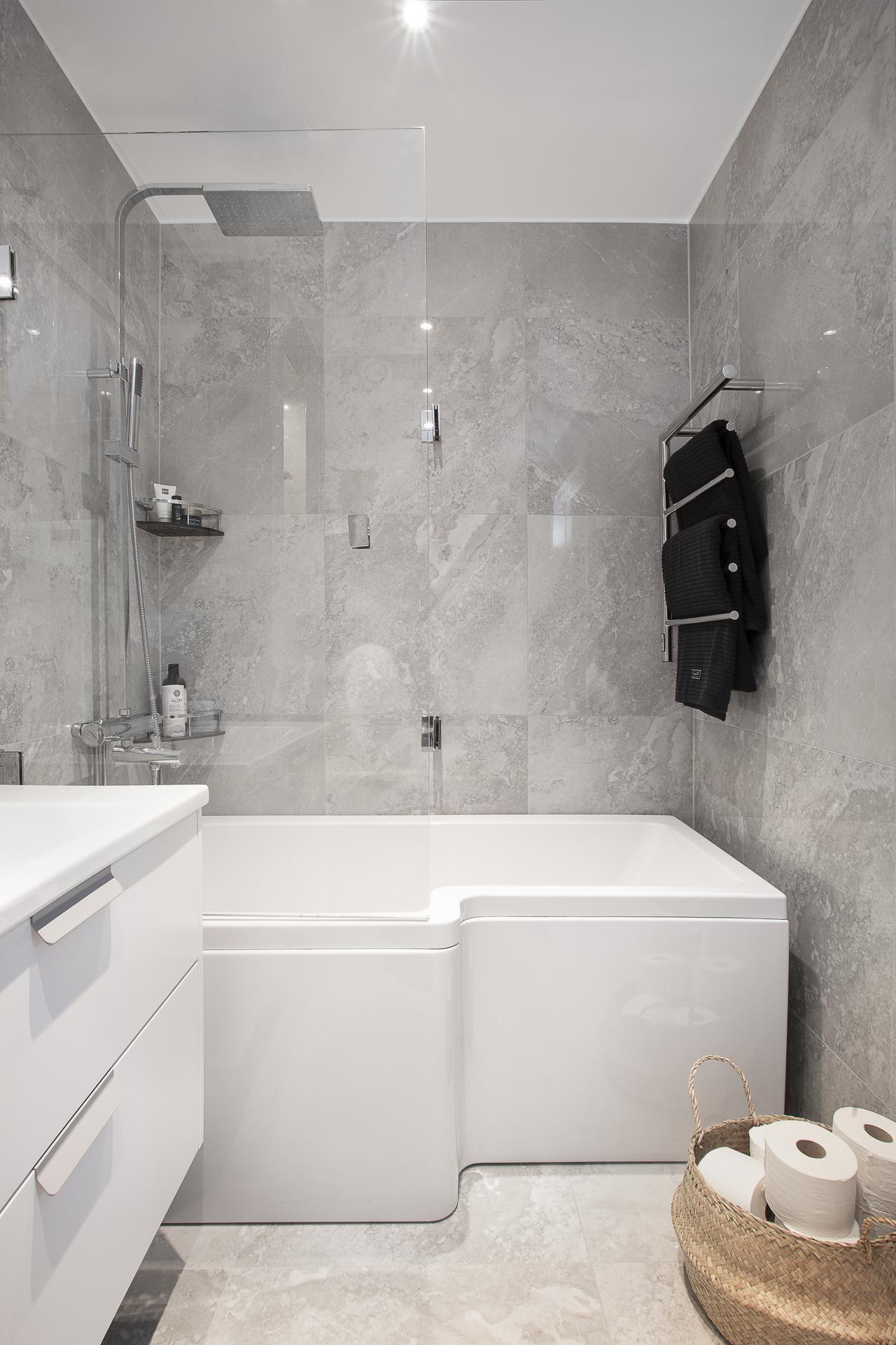 Här finns ett badkar med integrerad duschavdelning
