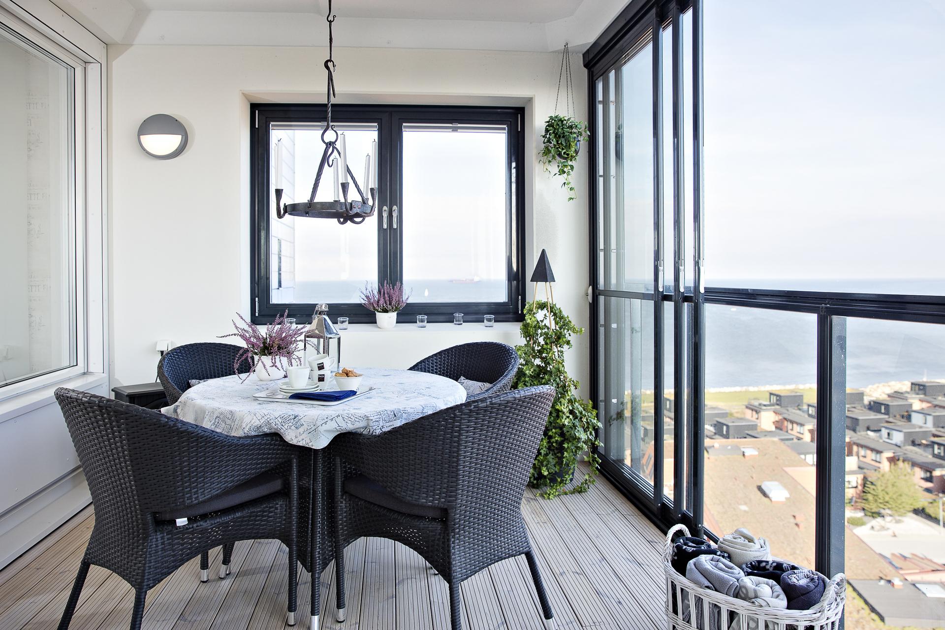 Den andra delen av balkongen har plats för ytterligare möblemang och erbjuder även vy mot Danmark i väster