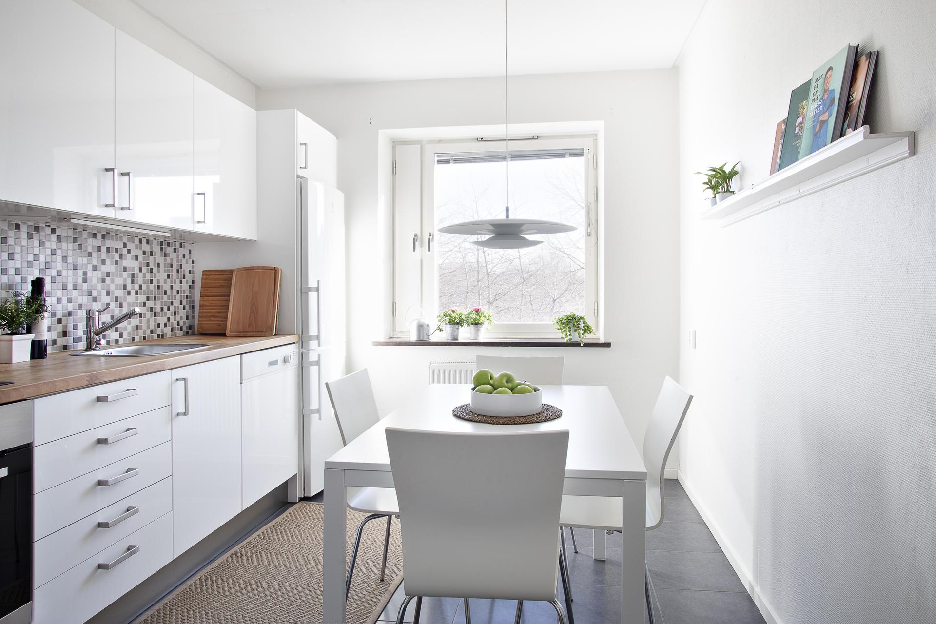 Kök med matplats och fönster som vetter mot innergården i öster
