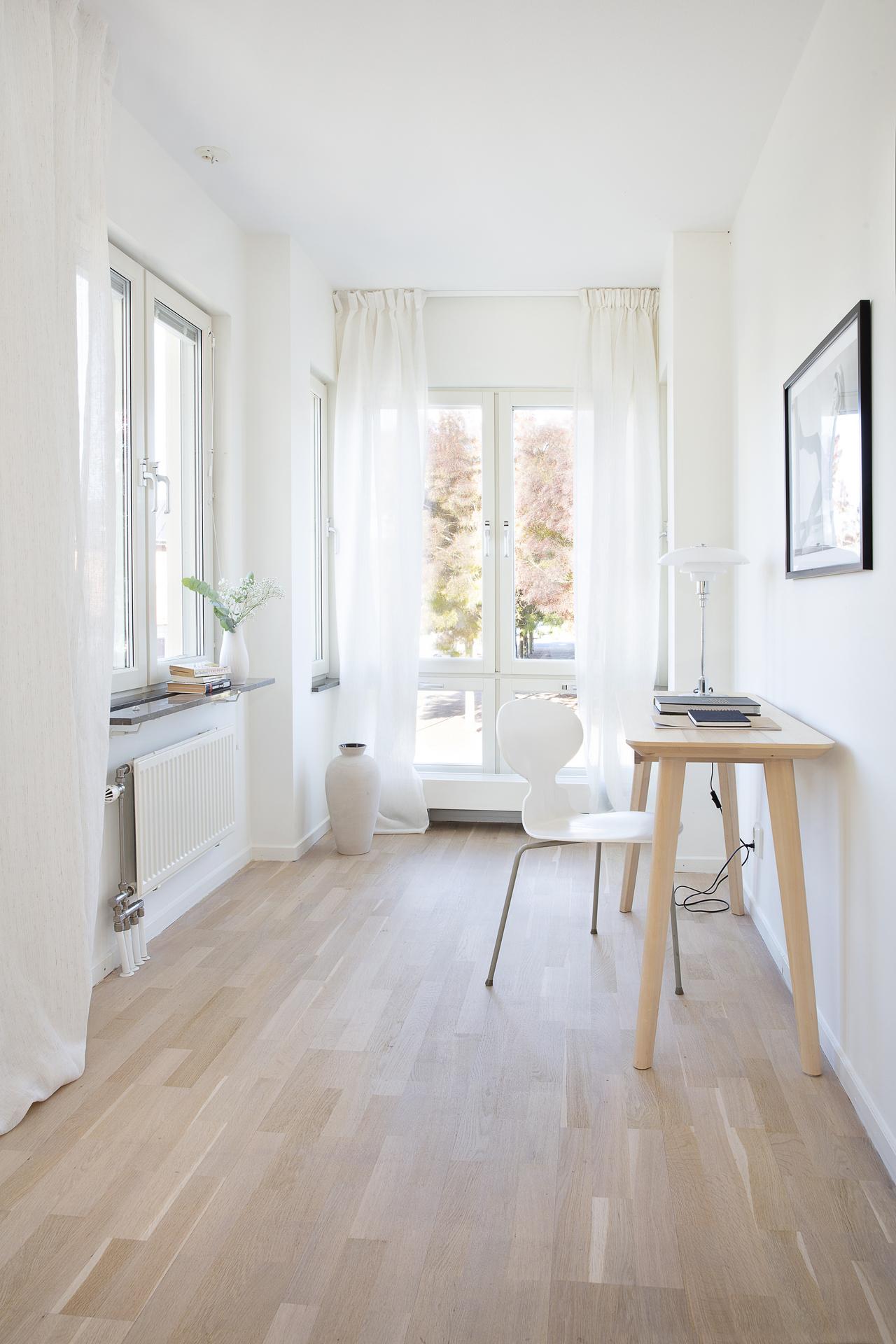 Nischen längst ner i rummet kan möbleras som en läshörna el. som på bilden en stilren arbetshörna