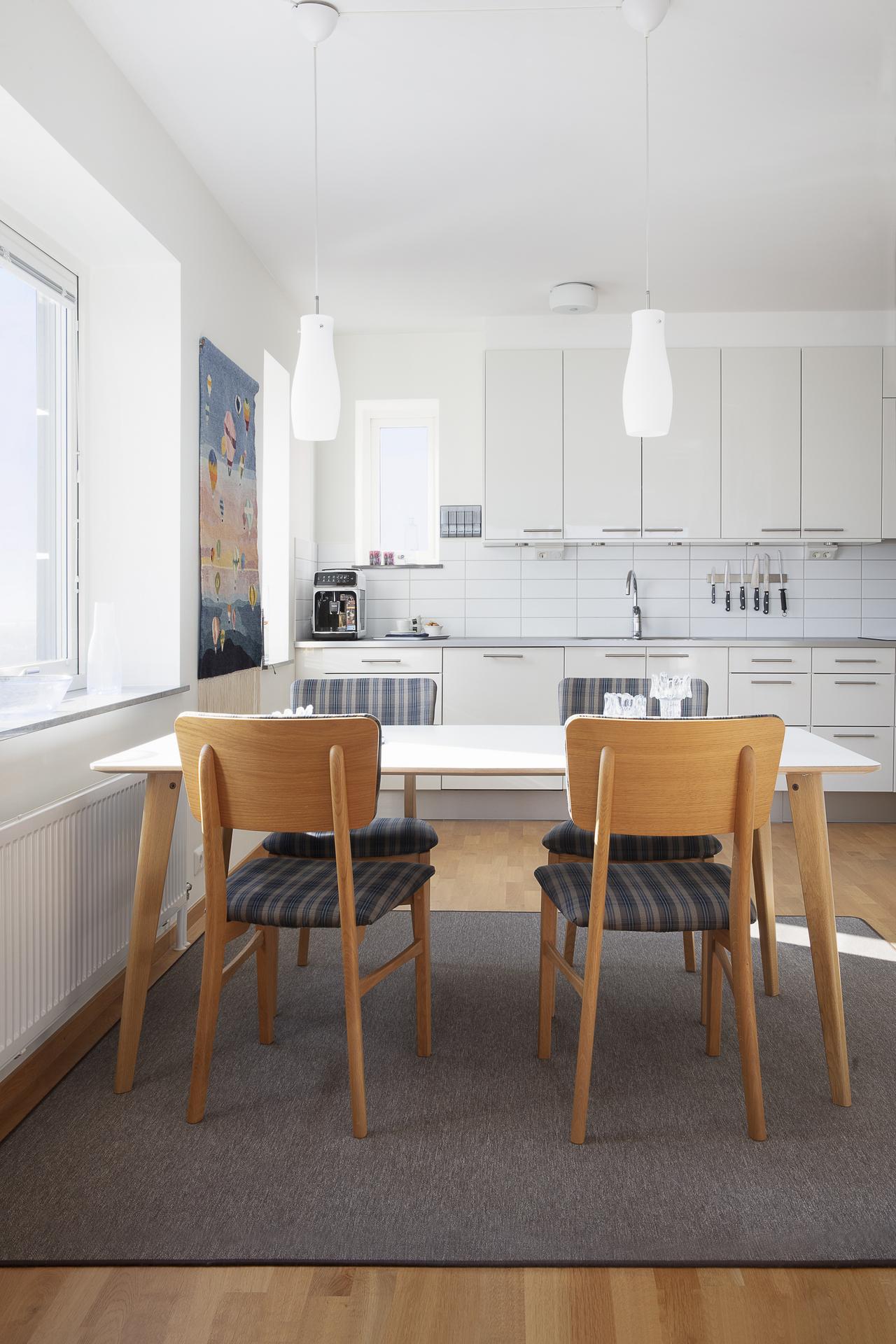Matplatsen i köket rymmer ett matbord till minst fyra