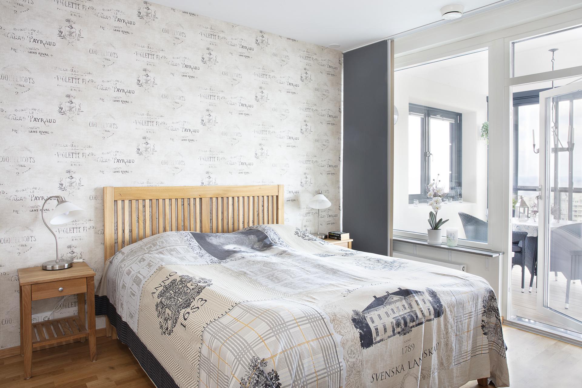 Sovrummet har plats för dubbelsäng och förvaringsmöbler samt utgång till balkongen
