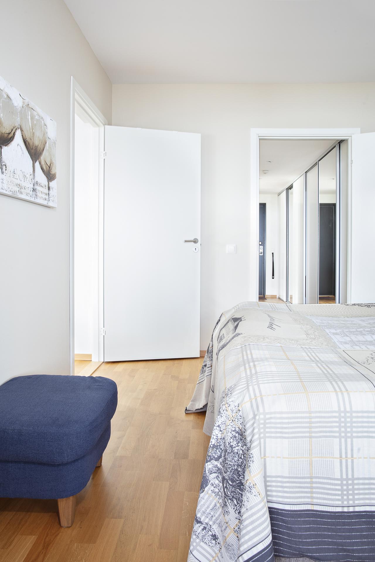 Rummet kan nås ifrån hallen och vardagsrummet