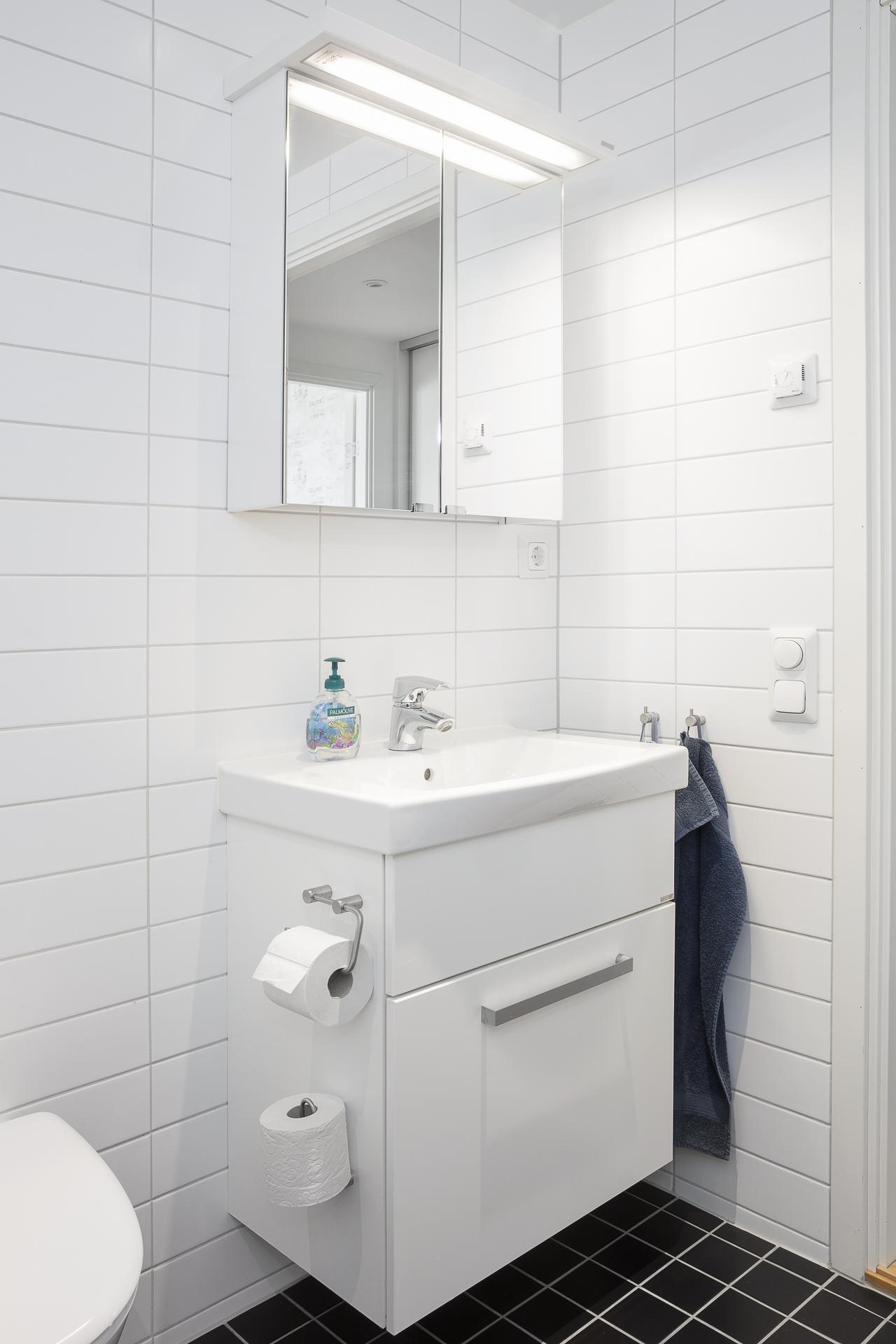 Här finns vask med kommod samt spegelskåp