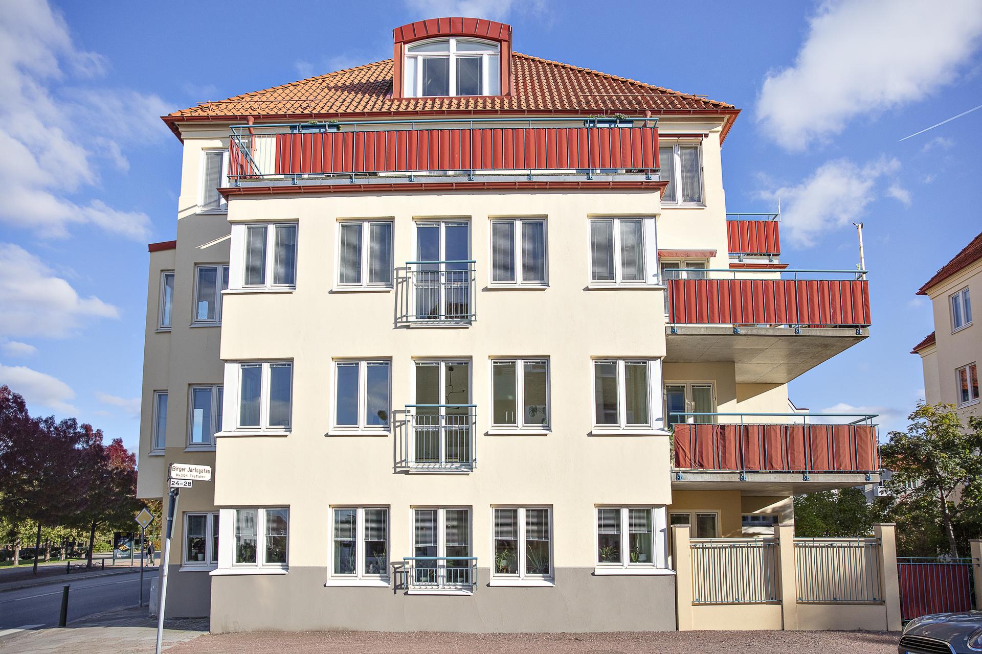 Lägenheten sträcker sig längs med hela gaveln som vetter mot söder, väster och norr