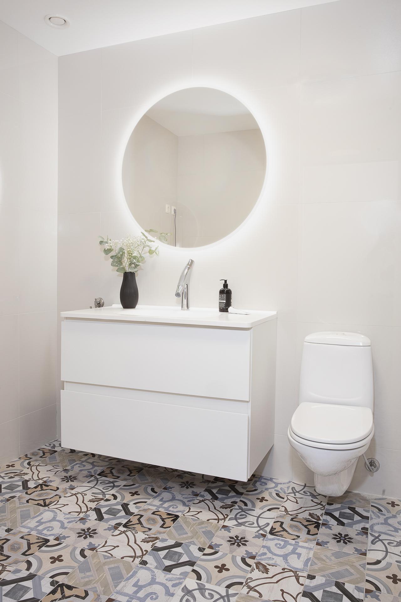 Badrum 1 - är det största av dem två badrummet