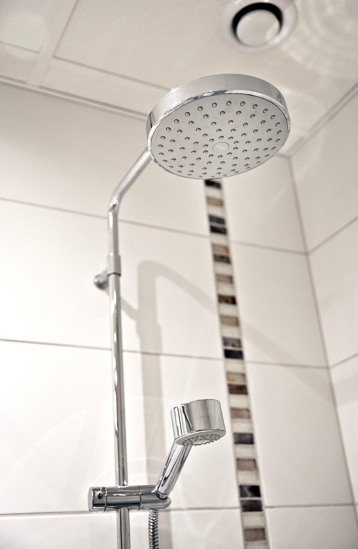 Här finns dusch med både hand- och takdusch