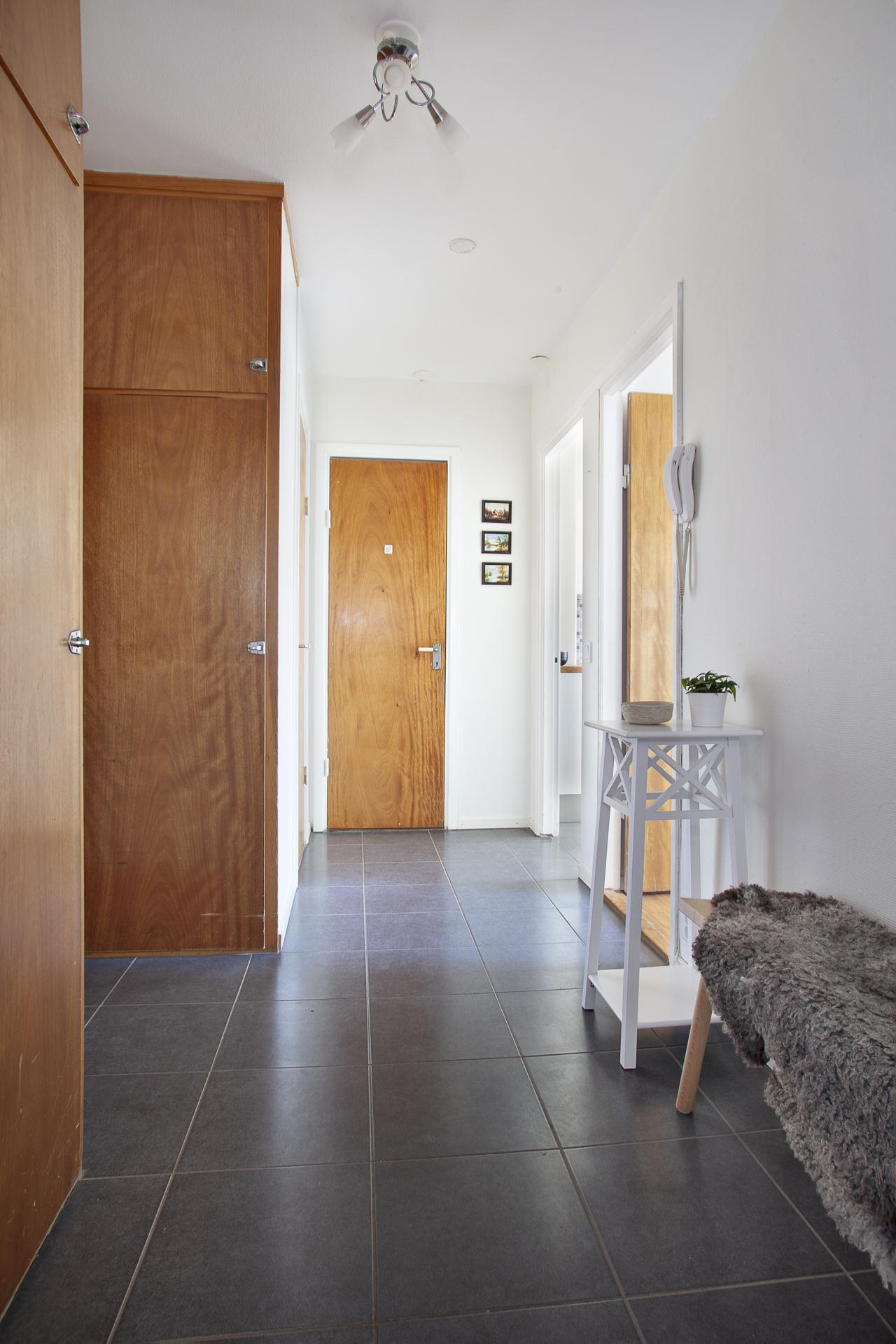 Här finns grå klinkers på golvet och vitmålade väggar