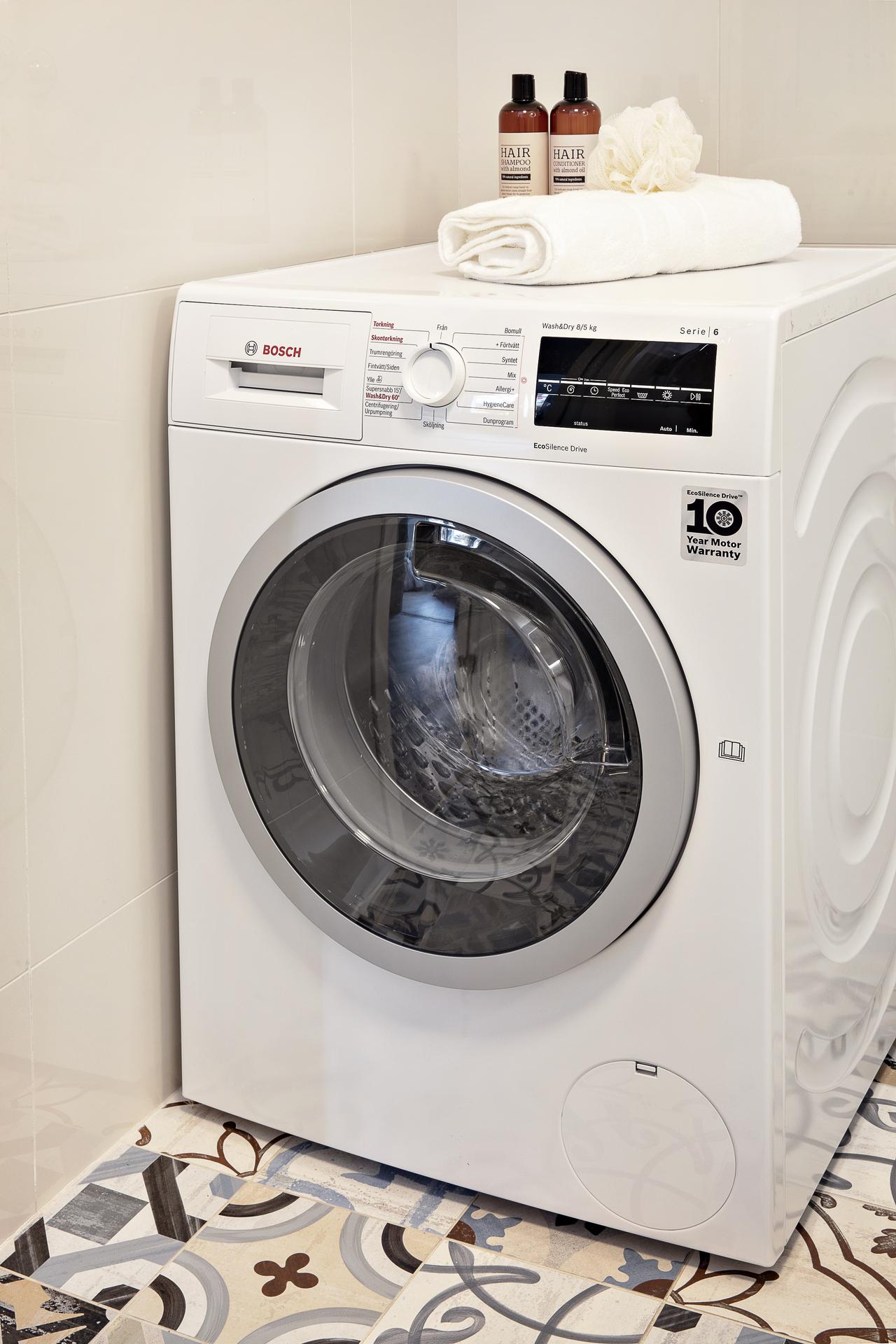 Del av badrummet har även en kombinerad maskin med tvätt & tork
