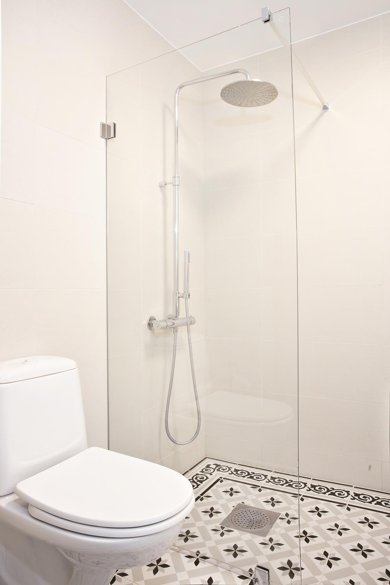 Här finns även dusch bakom glasvägg