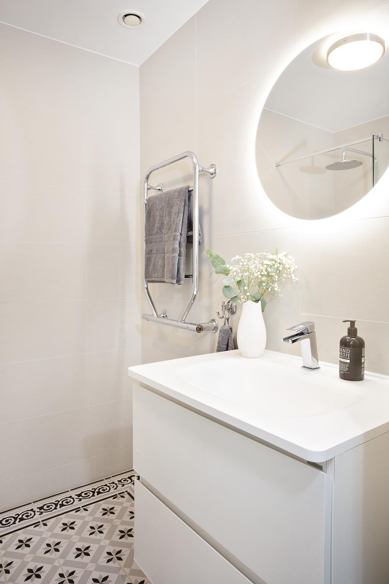 Badrum 2 - helkaklat med bl.a. bakbelyst spegel och vägghängd kommod