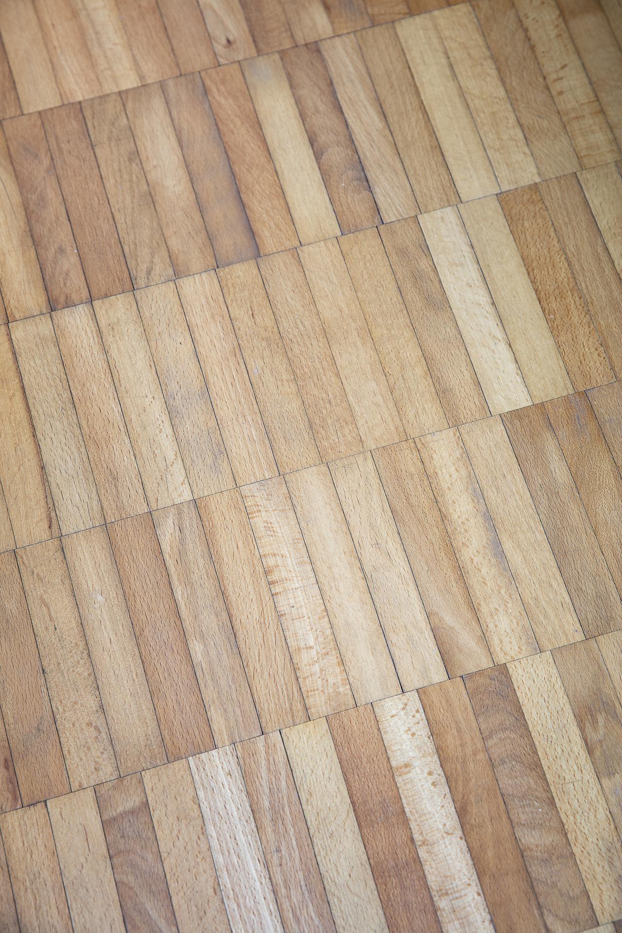 På golvet ligger stavparkett i originalutförande