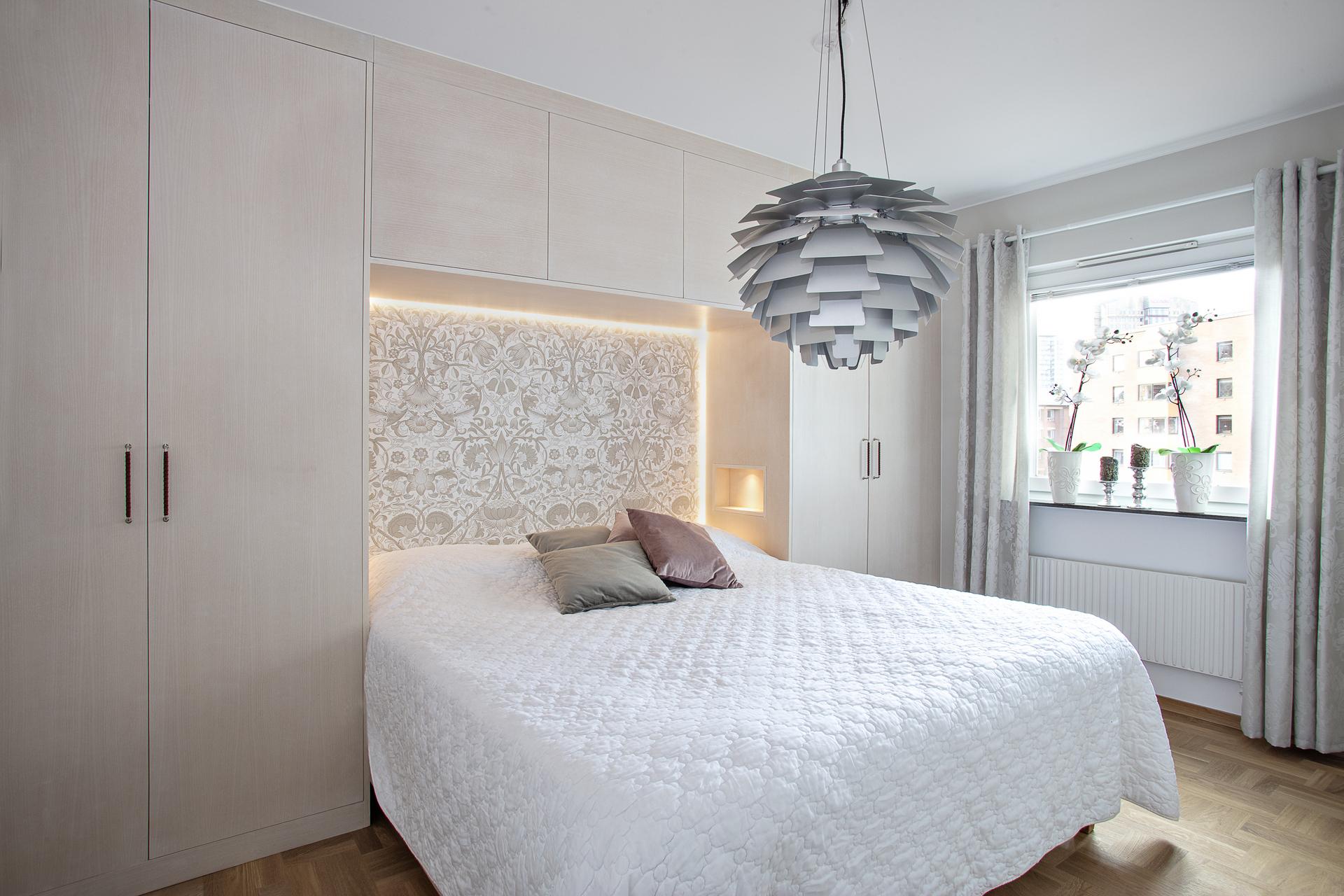 Sovrum 1, vilket i dagsläget verkar som huvudsovrum erbjuder platsbyggd förvaring