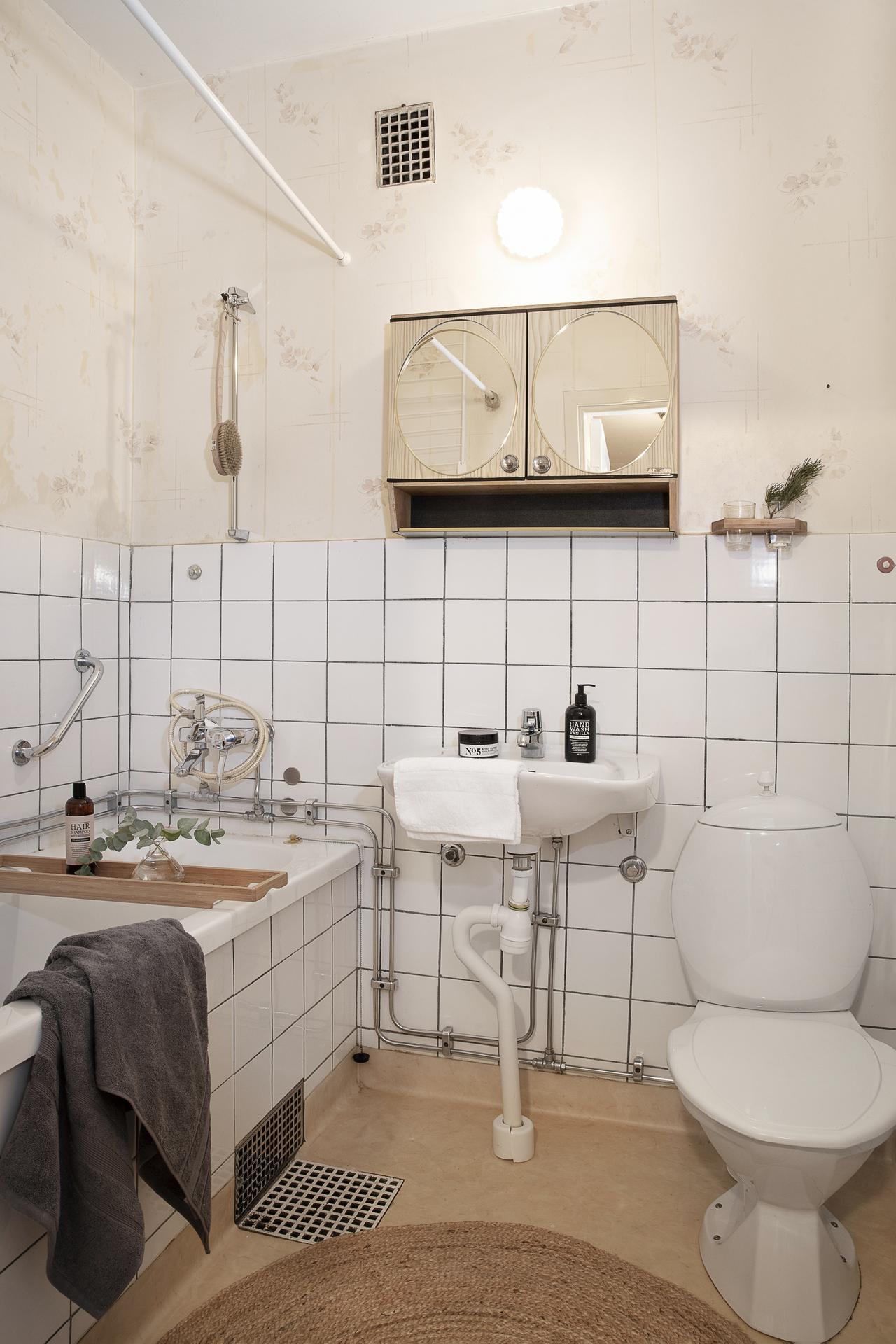 Halvkaklat badrum