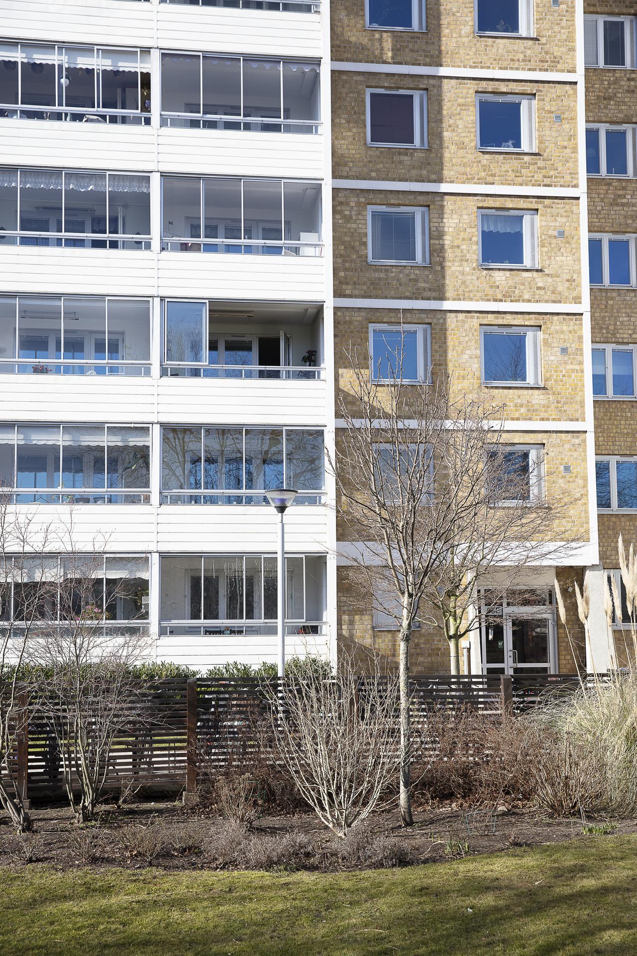 Från gården sett, balkongen på tredje våningen
