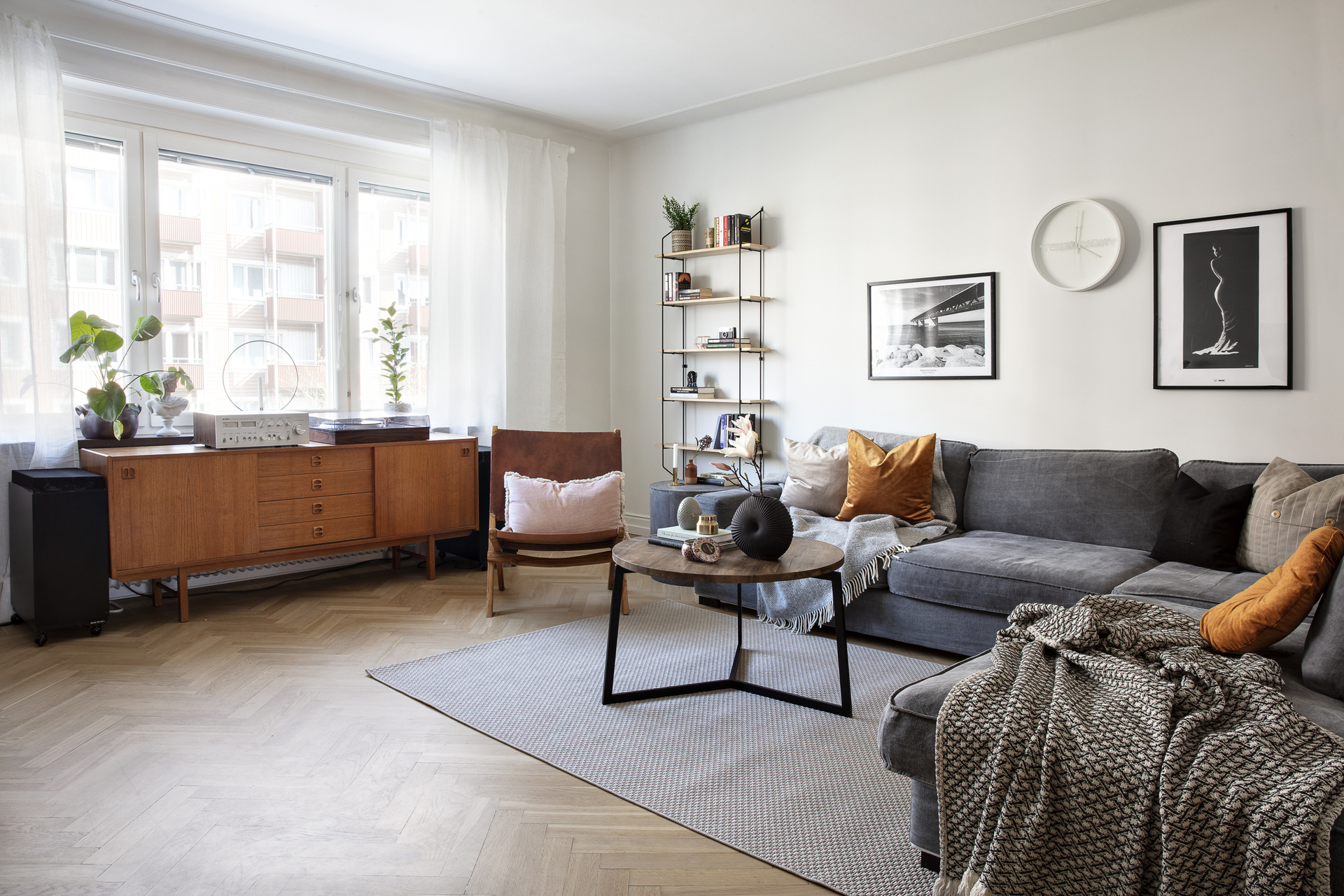 Vardagsrummet erbjuder plats för flera möblemang