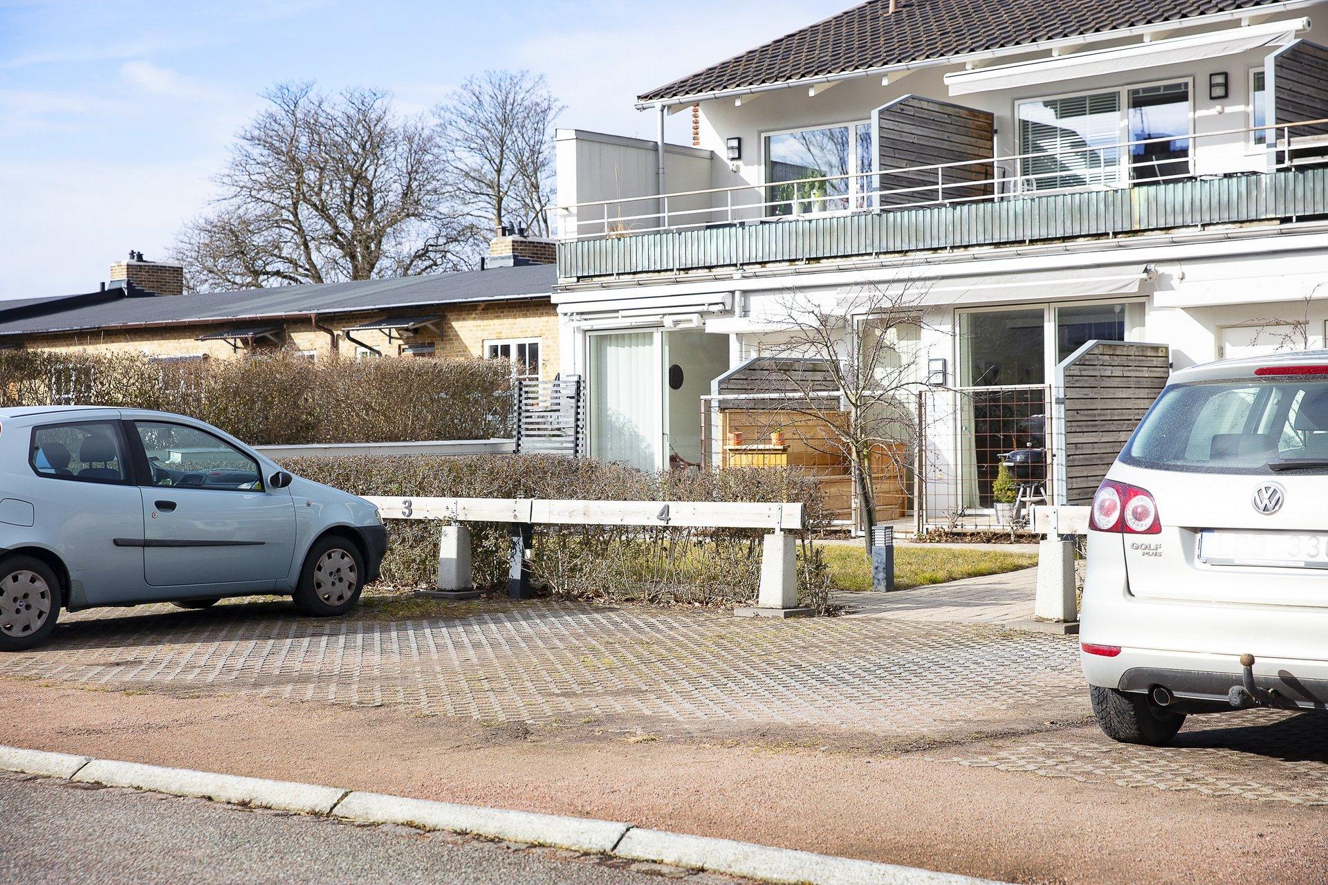 Till lägenheten hör en parkeringsplats, som även ingår i månadsavgiften